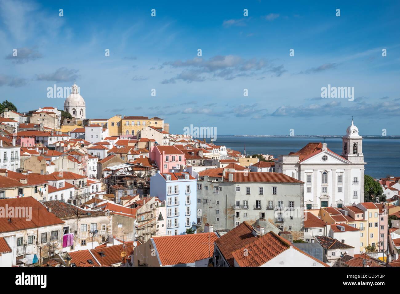 Blick auf die Alfama Viertel von Lissabon vom Miradouro de Santa Luzia. Portugal Stockbild