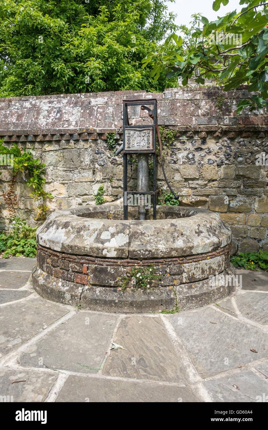 Brunnen und Pumpe Southover Grange Wassergärten Lewes Sussex Stockbild