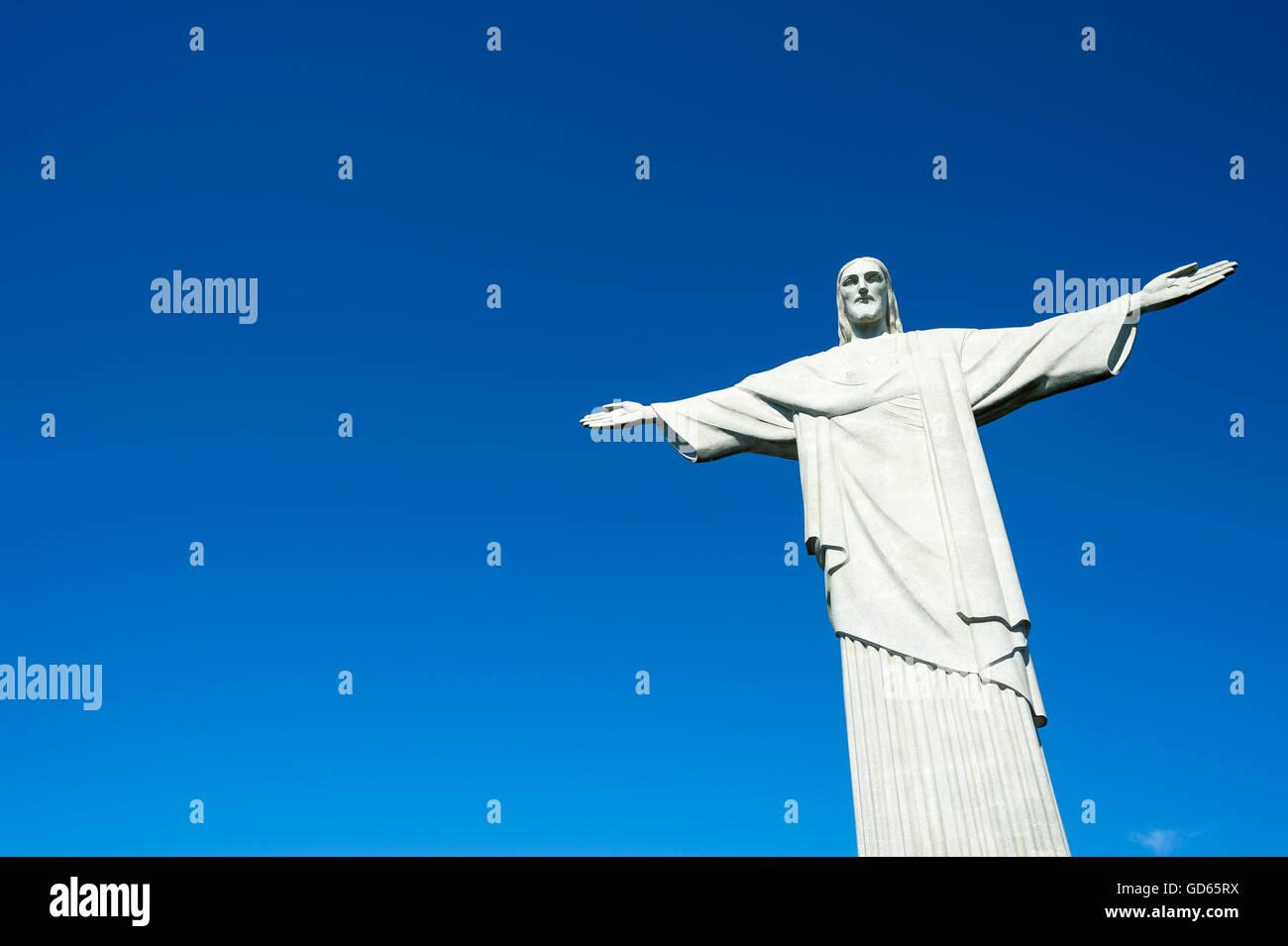 RIO DE JANEIRO - 5. März 2016: Christusstatue steht der Erlöser im klaren blauen Himmel in helle Morgensonne. Stockbild
