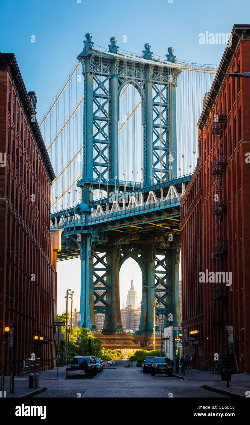 Die Manhattan Bridge ist eine Hängebrücke, die den East River in New York City überquert. Stockbild