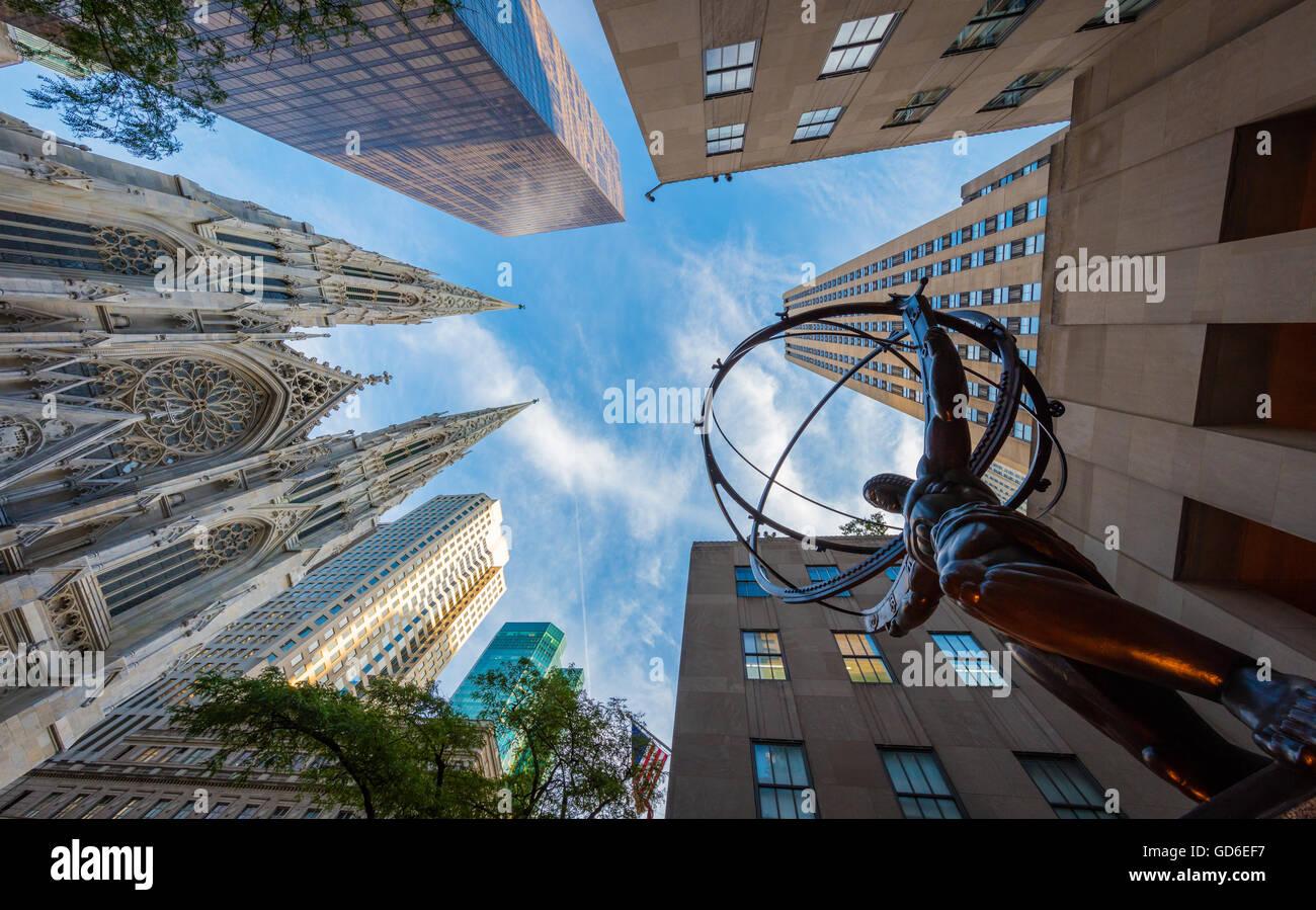 Atlas ist eine Bronzestatue vor dem Rockefeller Center in Midtown Manhattan, New York City. Stockbild