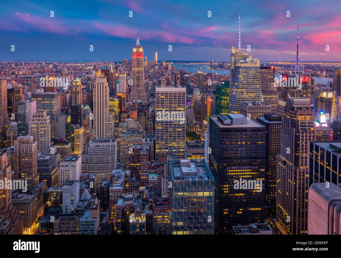 Bei Sonnenuntergang vom Rockefeller Center in New York City Midtown Manhattan Stockbild