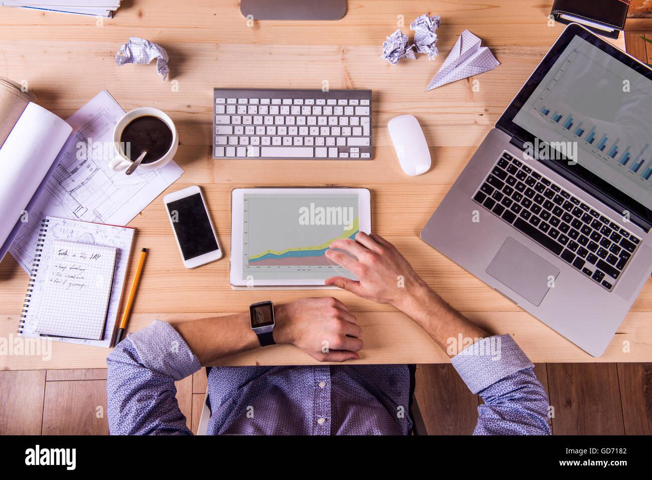 Geschaftsmann Am Schreibtisch Buro Gadgets Und Zubehor Stockfotografie Alamy