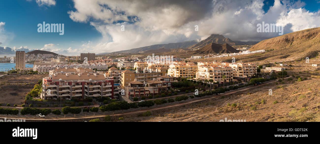 Panorama über den Ferienort Los Cristianos, Teneriffa, mit dem legendären Berg des Roque del Conde im Stockbild