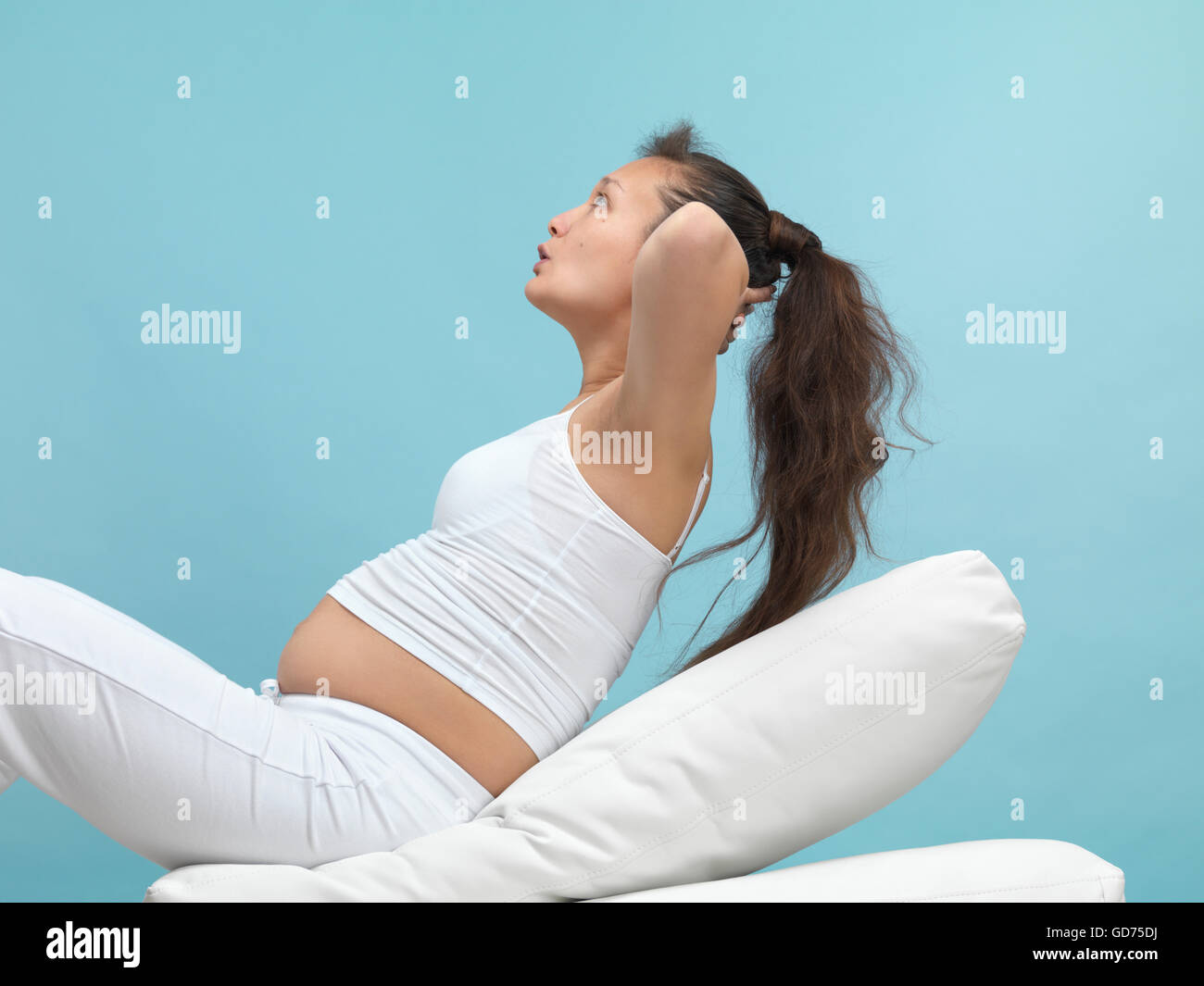Junge schwangere Sport treiben, Sit Stockbild