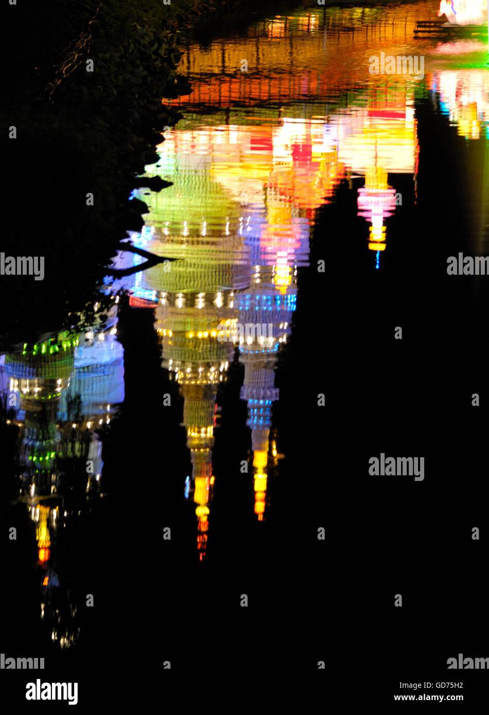Palast spiegelt sich im Wasser, Beleuchtung an das chinesische Laternenfest in der Nacht, Ontario Place, Toronto, Stockbild