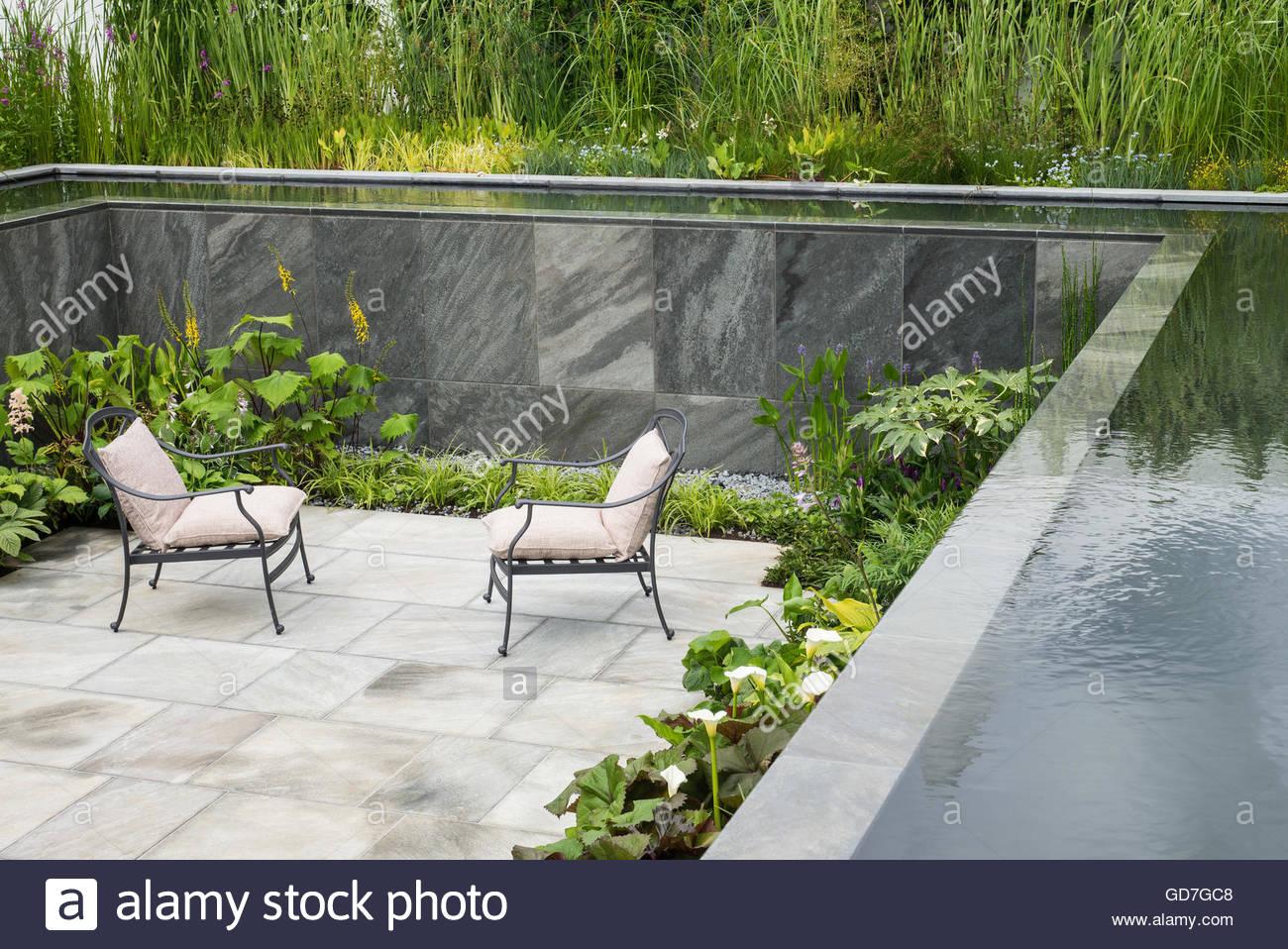 Gepflasterte versunkenen Garten mit Sitzplätzen, Pool und Wasserfall ...