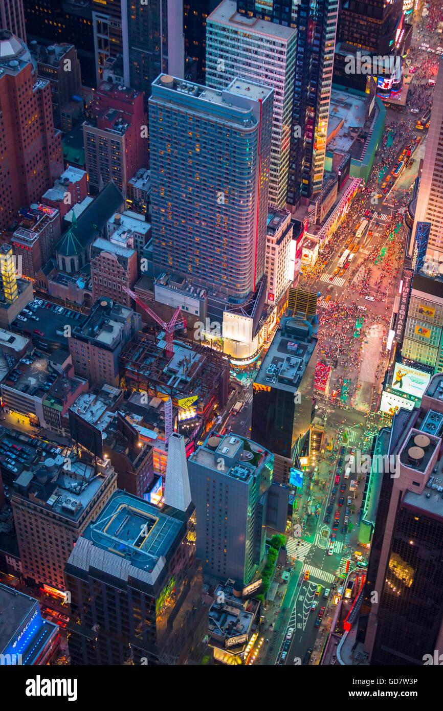 Luftaufnahme (Hubschrauber). Times Square ist ein großen kommerziellen Kreuzung und Nachbarschaft in Midtown Stockbild