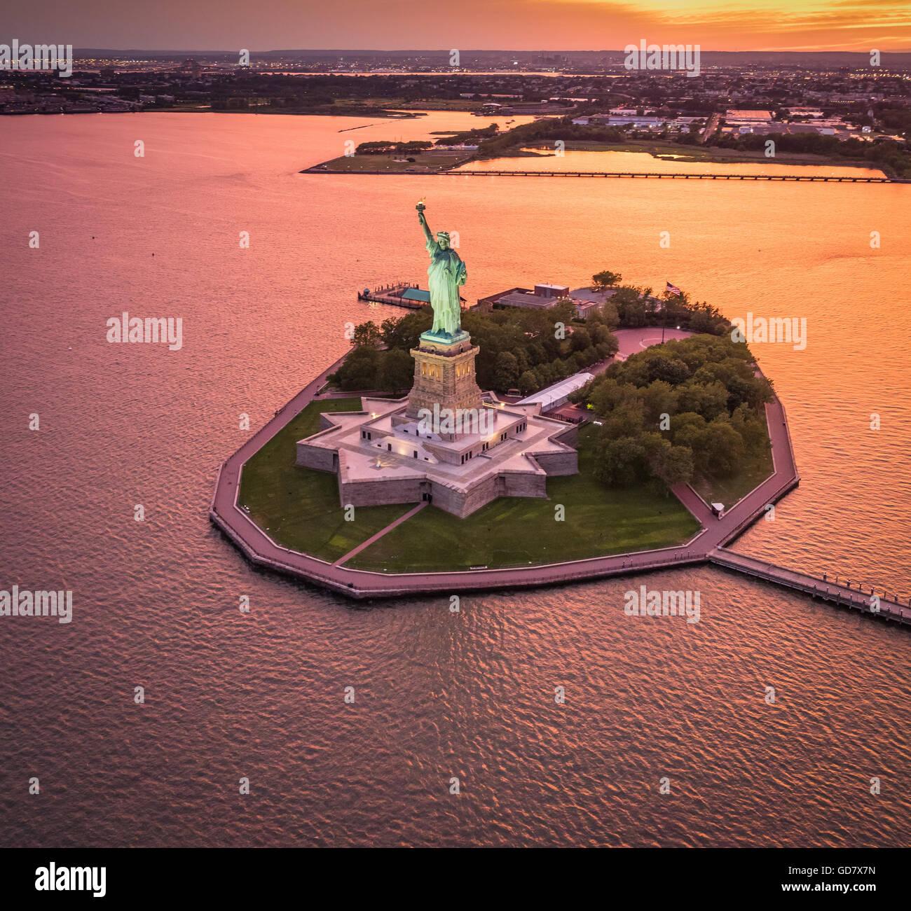 Die Freiheitsstatue ist eine kolossale neoklassische Skulptur auf Liberty Island im Hafen von New York in New York Stockbild
