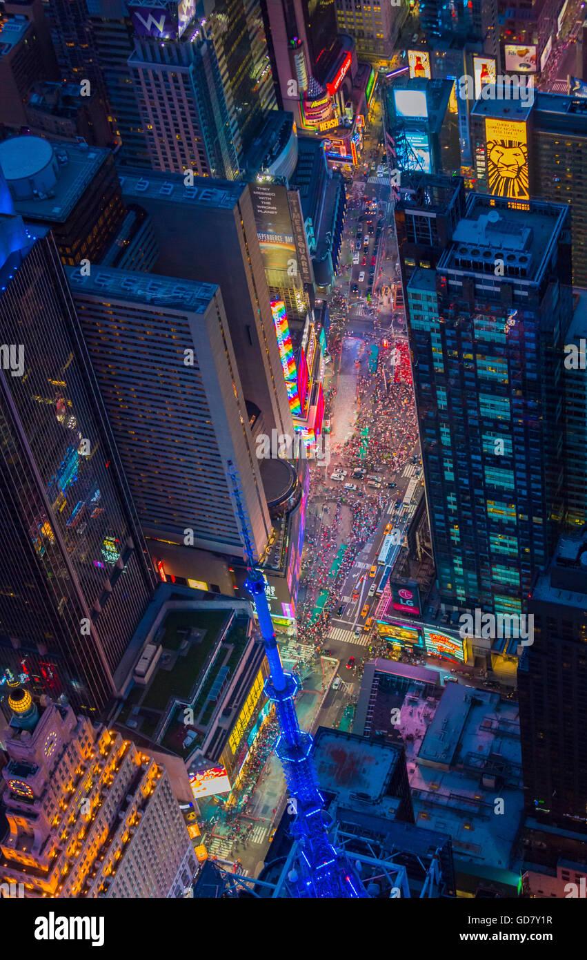 Luftaufnahme (Hubschrauber) des Times Square in Midtown Manhattan, New York Stockbild