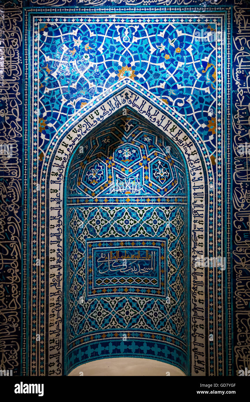 Ein 14. Jahrhundert Gebetsnische oder Mihrab aus einer theologischen Schule in Isfahan, Iran. Stockbild