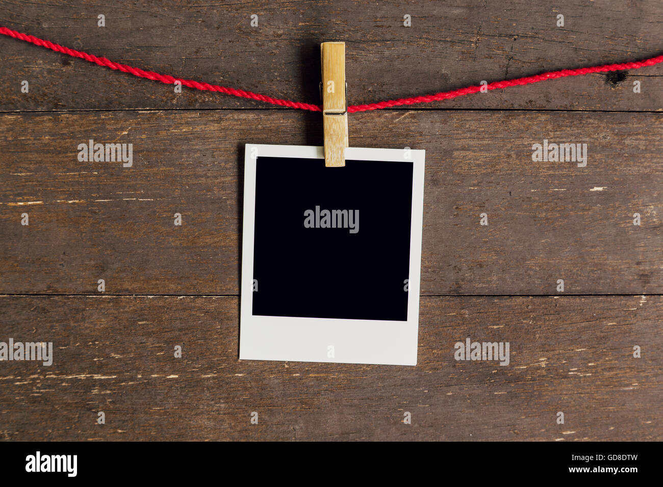 Leere Bilderrahmen mit Wäscheleine hängen Holz Hintergrund Stockfoto ...