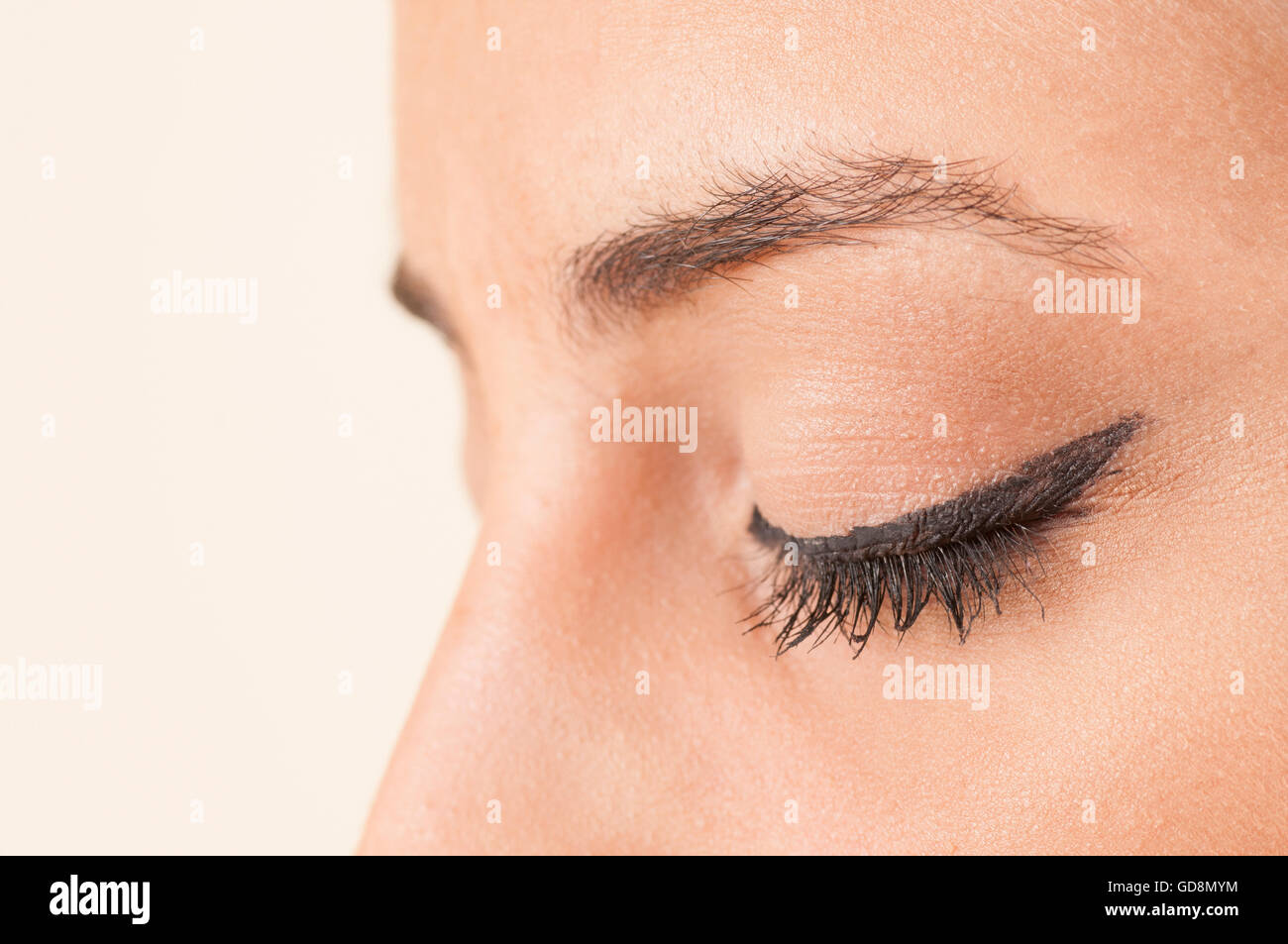 Nahaufnahme einer Frau Auge tragen eyeliner Stockbild