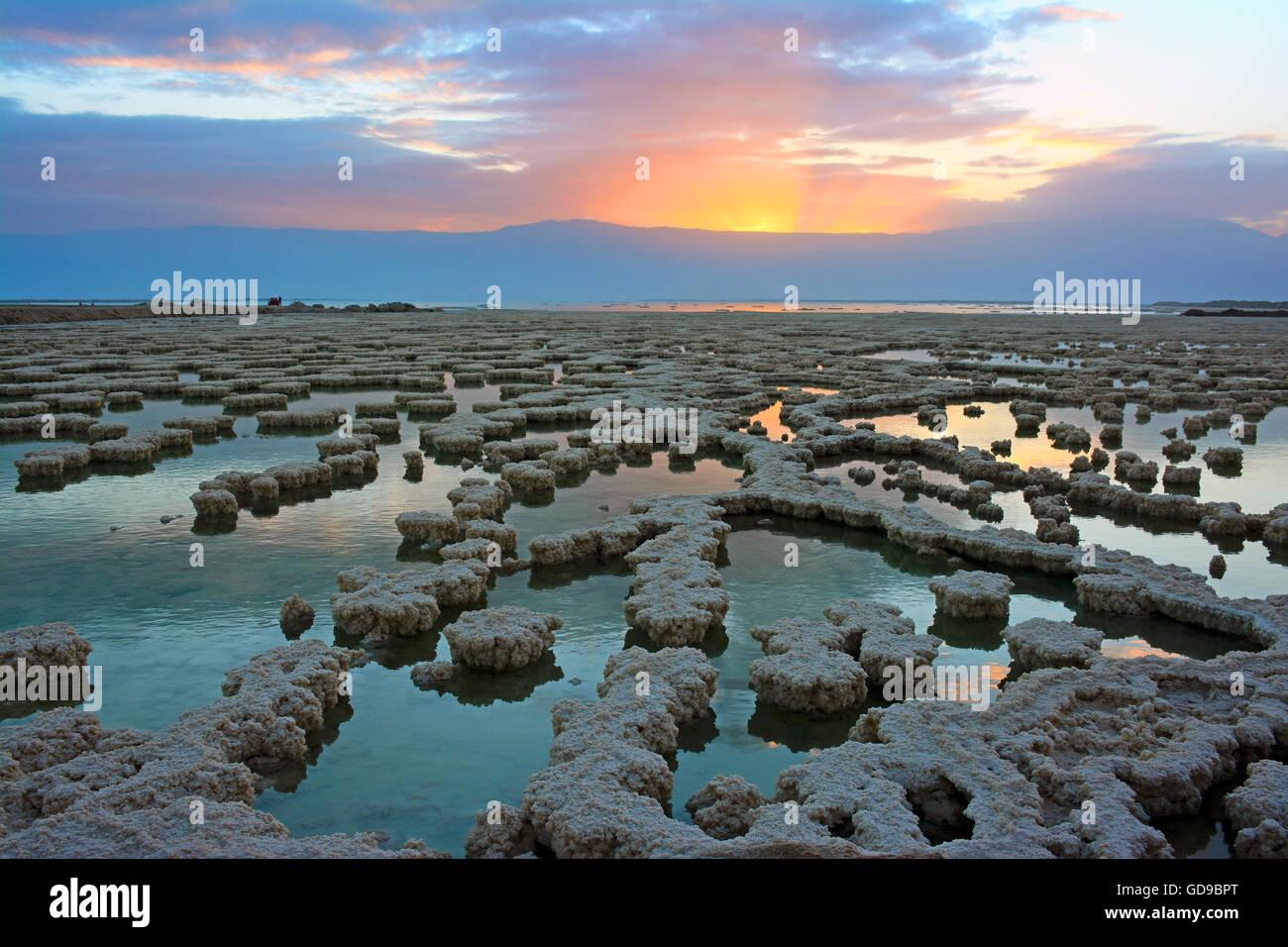 Sonnenaufgang über Salzbildung im Toten Meer, Israel Stockbild