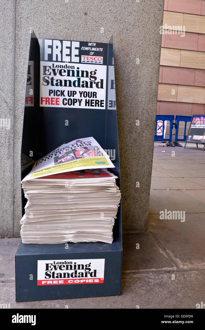Eine Kostenlose Evening Standard Zeitung Abgabe Stand In Einer