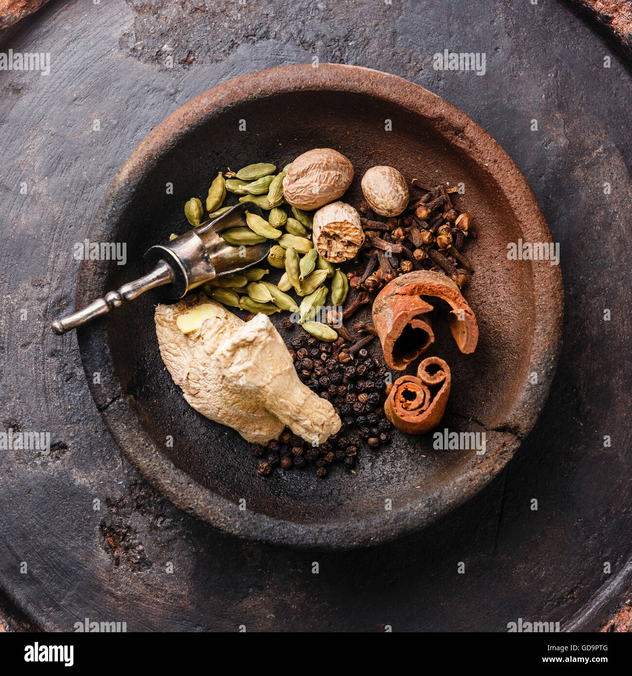 Gewürze-Zutaten für indische Masala Tee auf dunklem Hintergrund Stockbild
