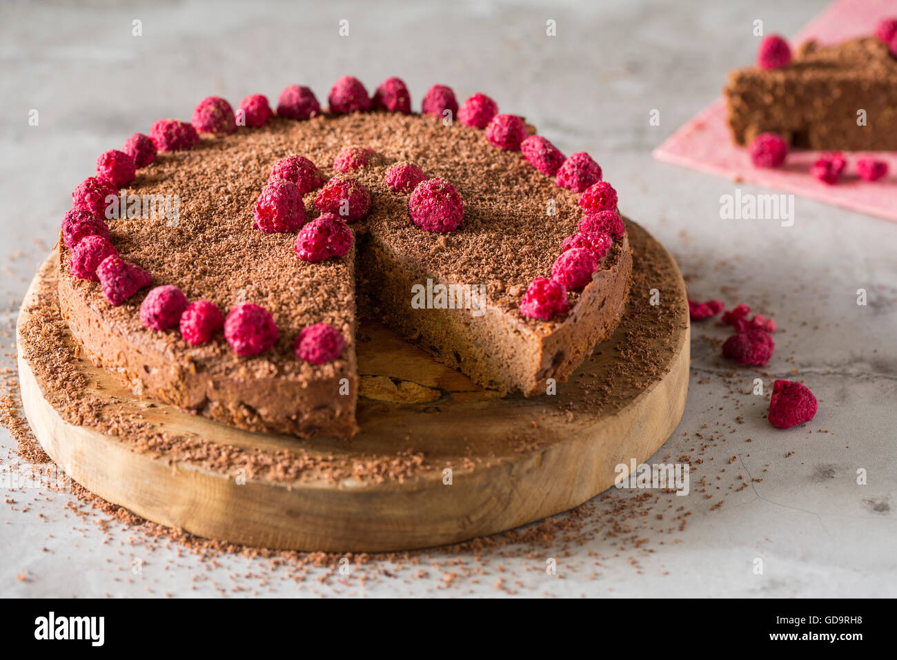 Schokoladen-Kuchen verziert mit Freeze getrocknete Himbeeren. Stockbild