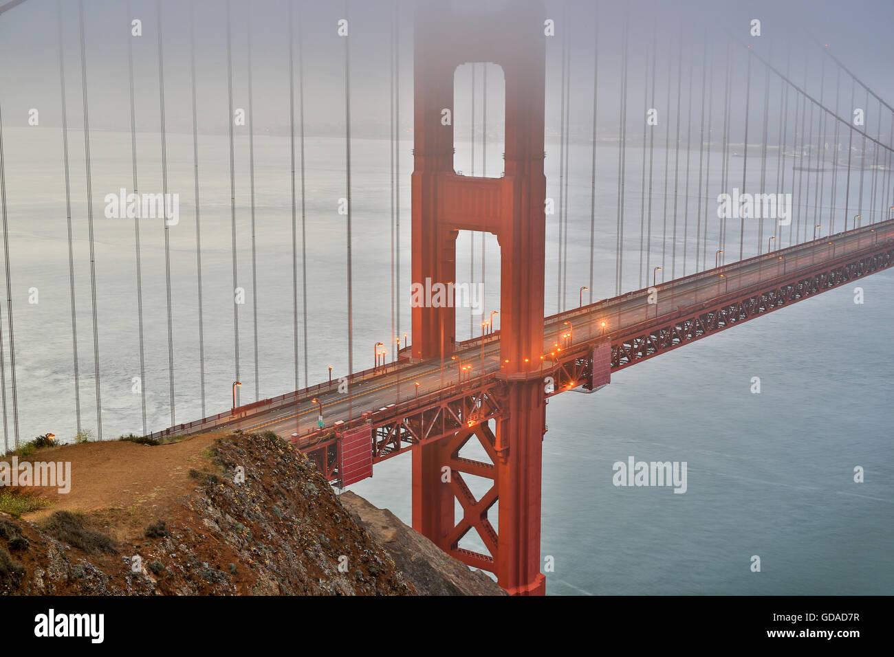 Nebel und Dunst über die Golden Gate Bridge in San Francisco, Kalifornien, USA Stockbild