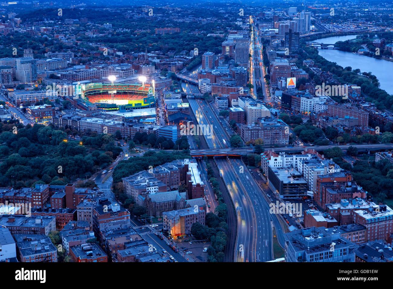 Boston und Base-Ball-Stadion bei Nacht Stockbild