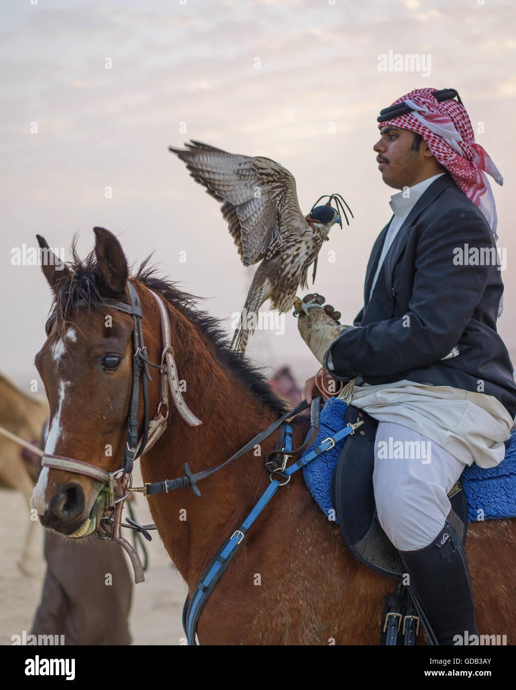 Jäger zu Pferde mit seinen Falken, Katar. Stockbild