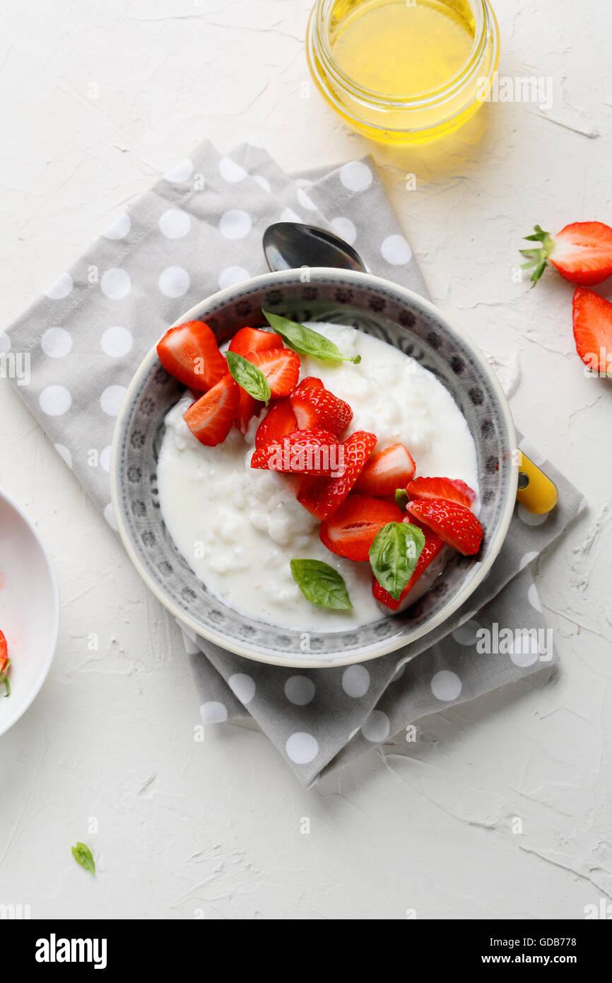 Frühstück-Schale mit Erdbeeren, Sommer essen Stockbild