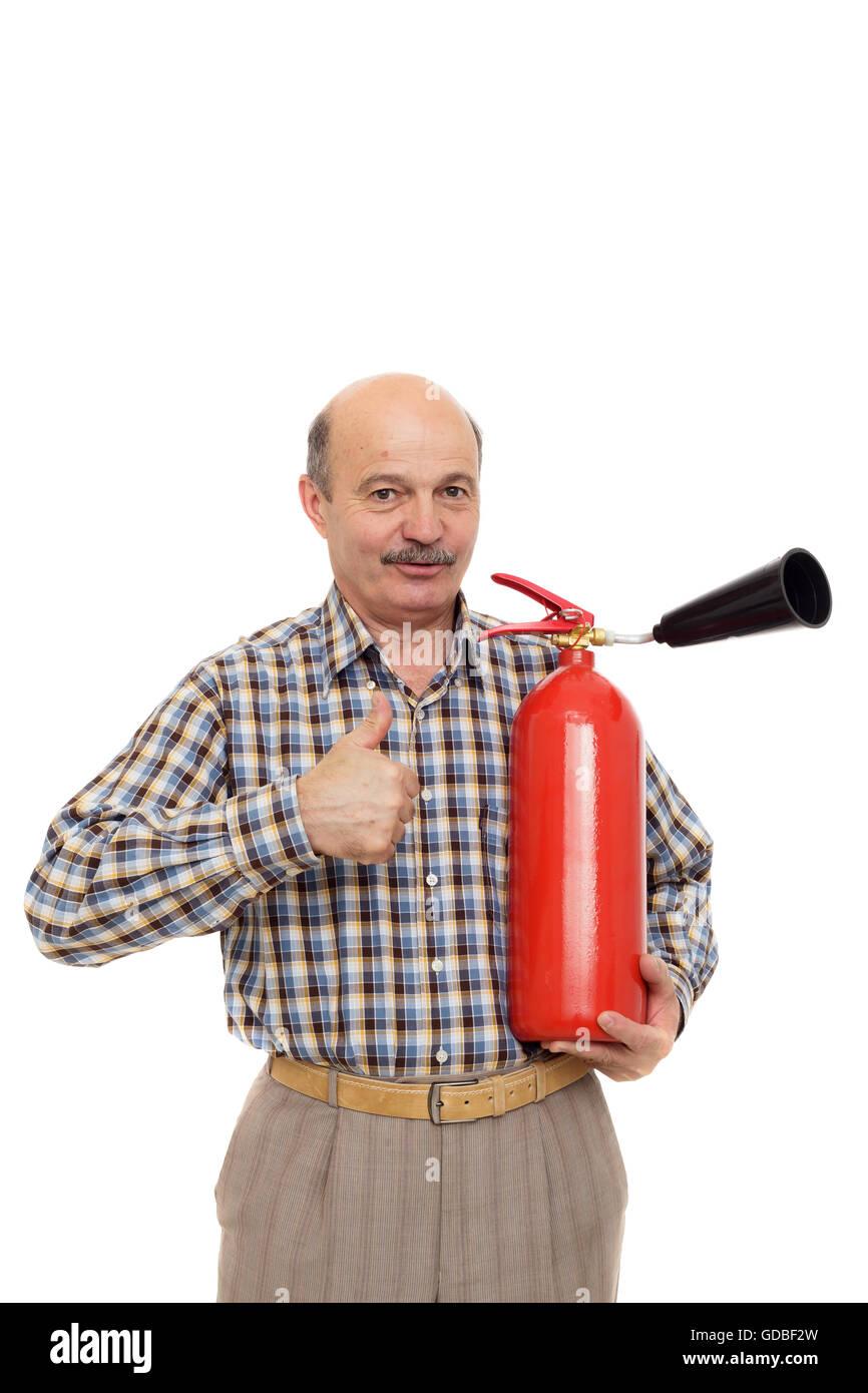 älterer Mann hält Feuerlöscher. Einhaltung der Vorschriften des Brandschutzes Stockfoto