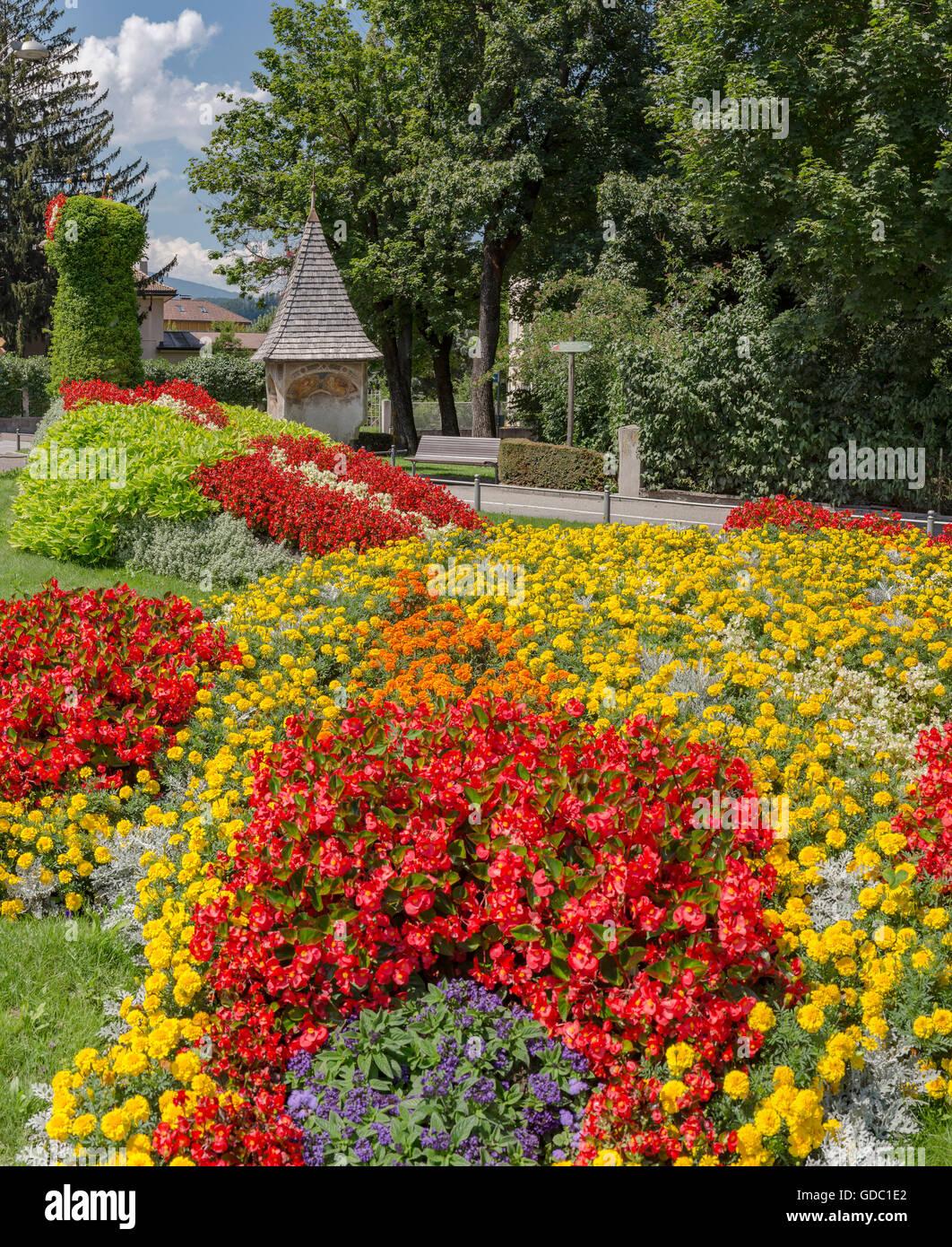 Bruneck, Brunico, Italia, Bildstock mit einem Blumenbeet Stockbild
