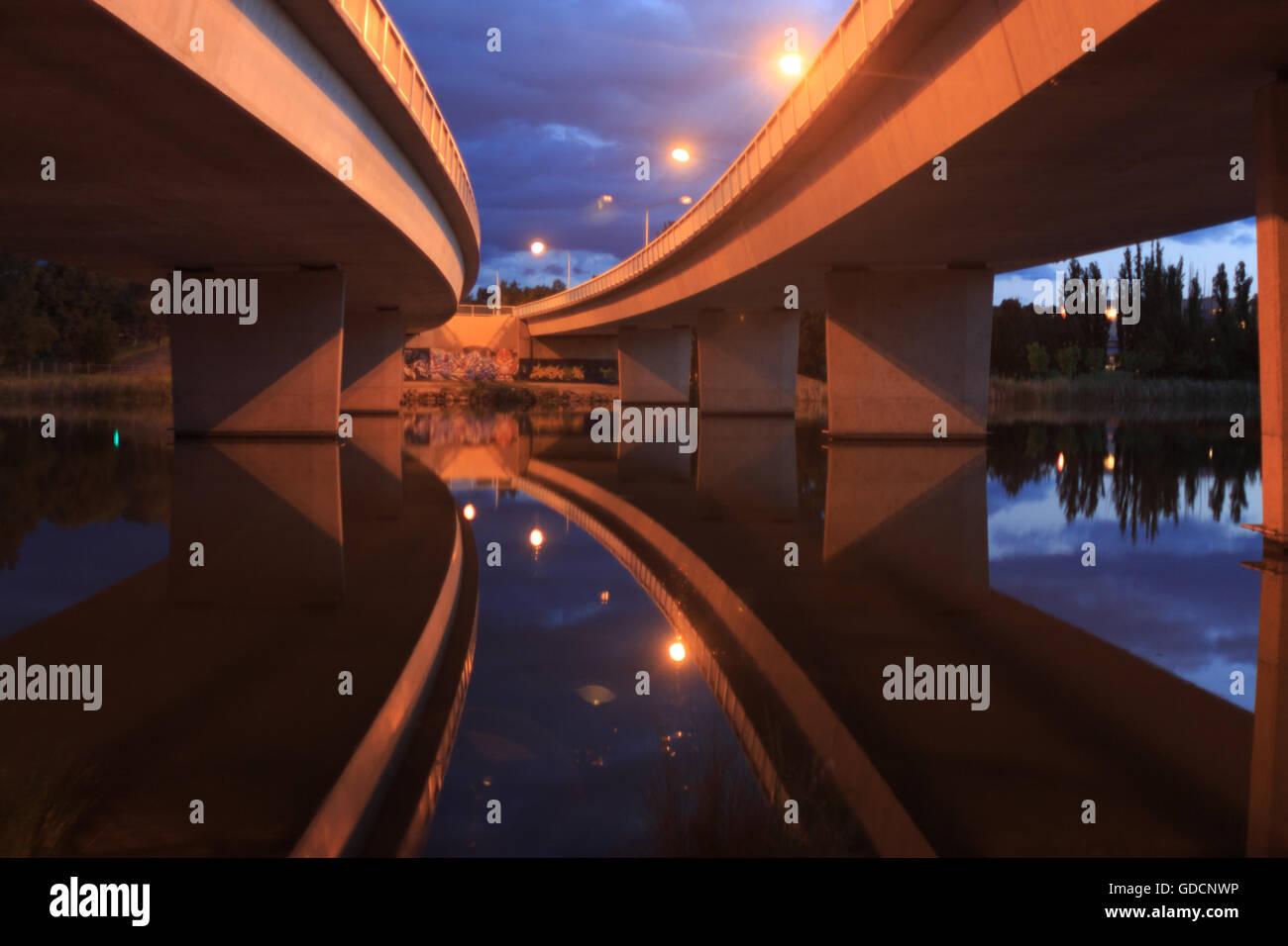 Konvergenz von Brücken über Lake Ginninderra in Canberra Stockbild