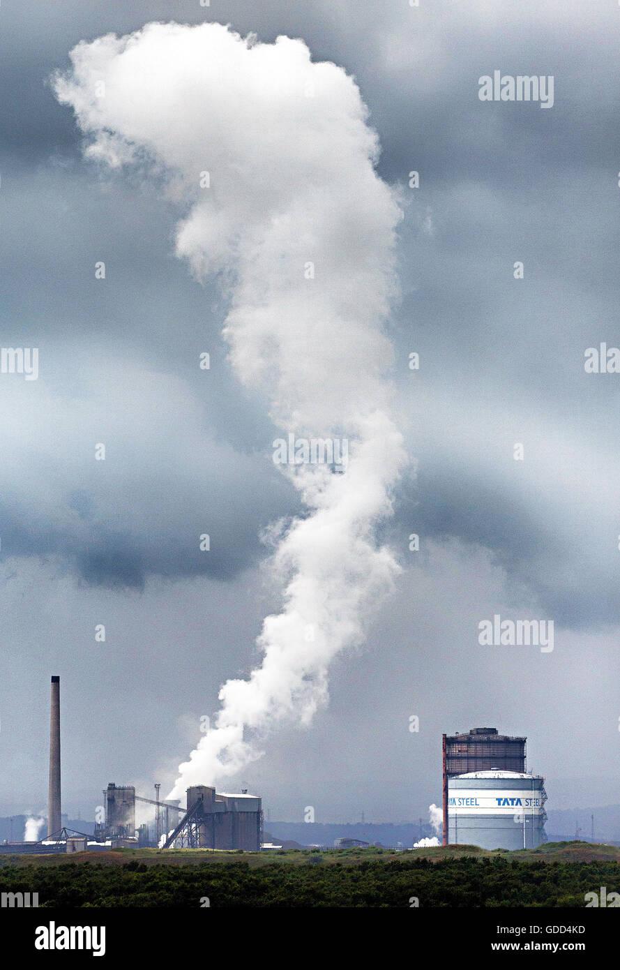 Port Talbot Stahlwerk emittierende Dampfwolken S Wales während Kühlprozesses - Standortes Tata Steel Co Indiens gehört Stockfoto