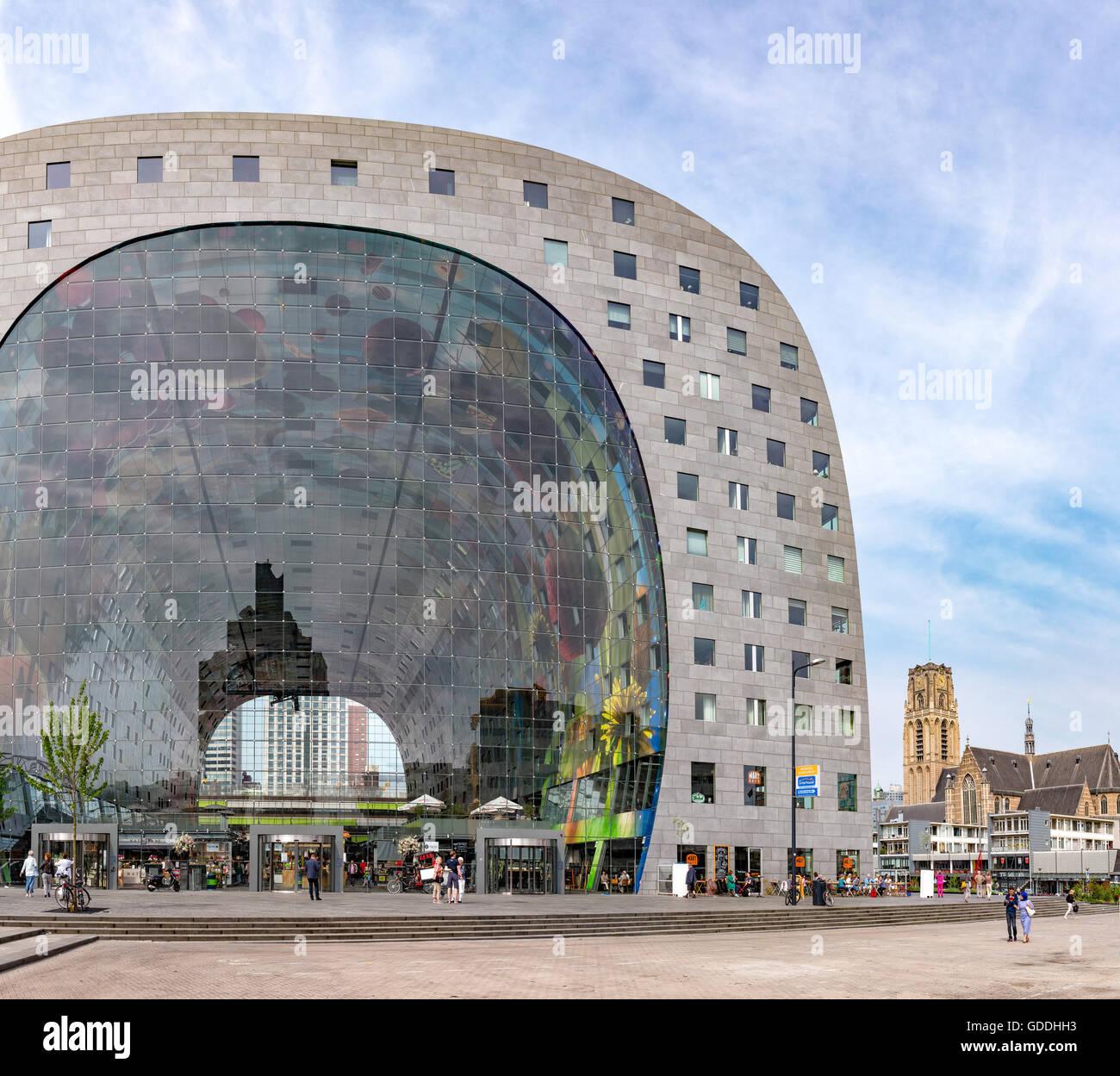 Rotterdam, die überdachte Markthalle mit Laurens-Kirche Stockbild