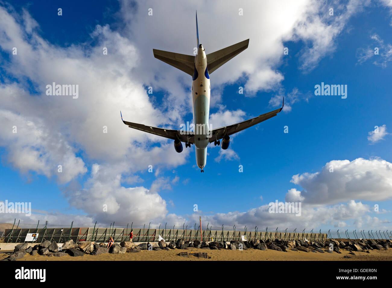 Landung Flugzeug, Flughafen Arrecife, Lanzarote, Kanarische Inseln, Spanien ILandendes Flugzeug, Arrecife, Lanzarote, Stockbild