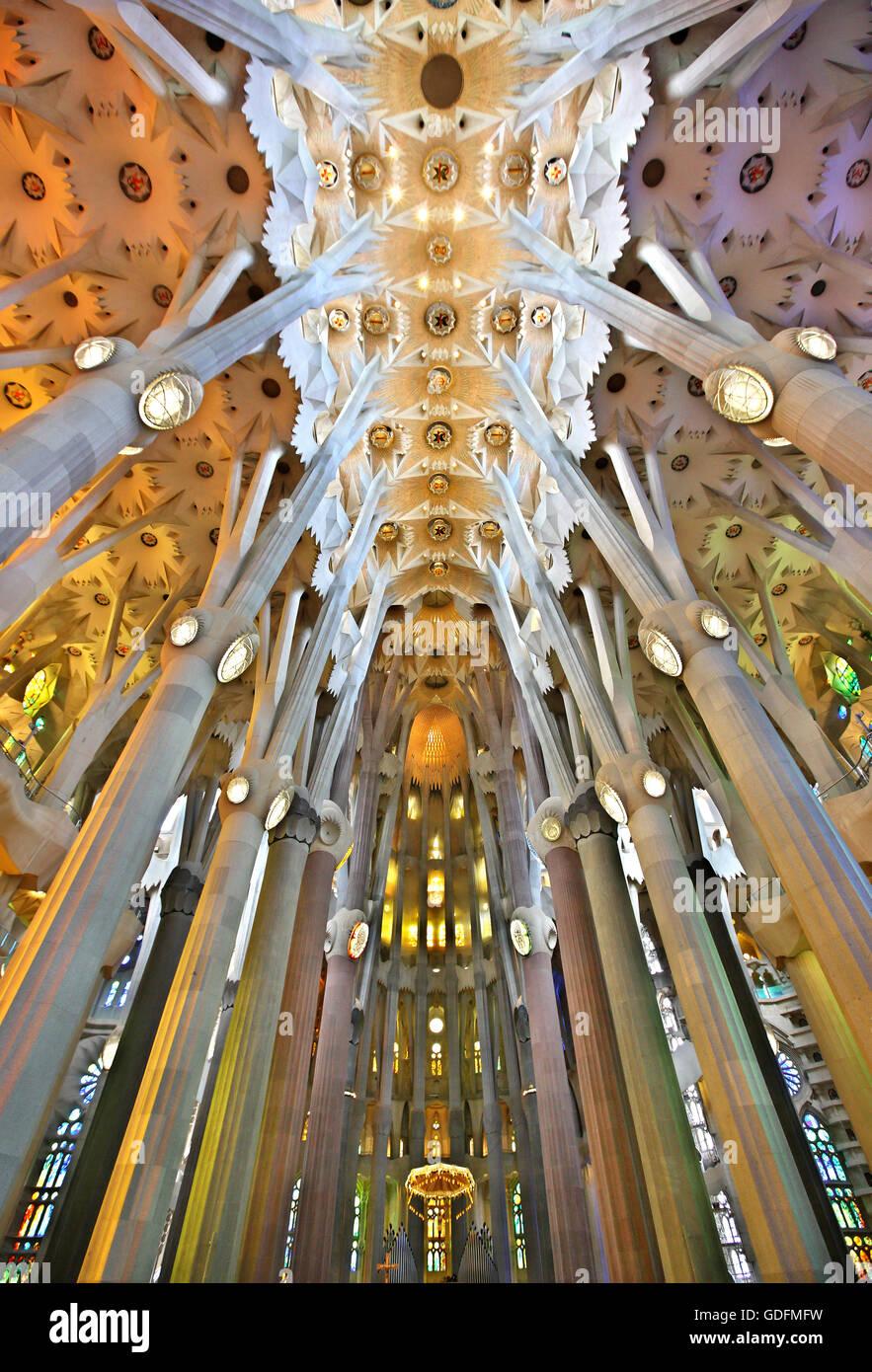 """Im Inneren der Sagrada Familia, das Meisterwerk des Architekten Antoni Gaudí und """"Markenzeichen"""" Stockbild"""