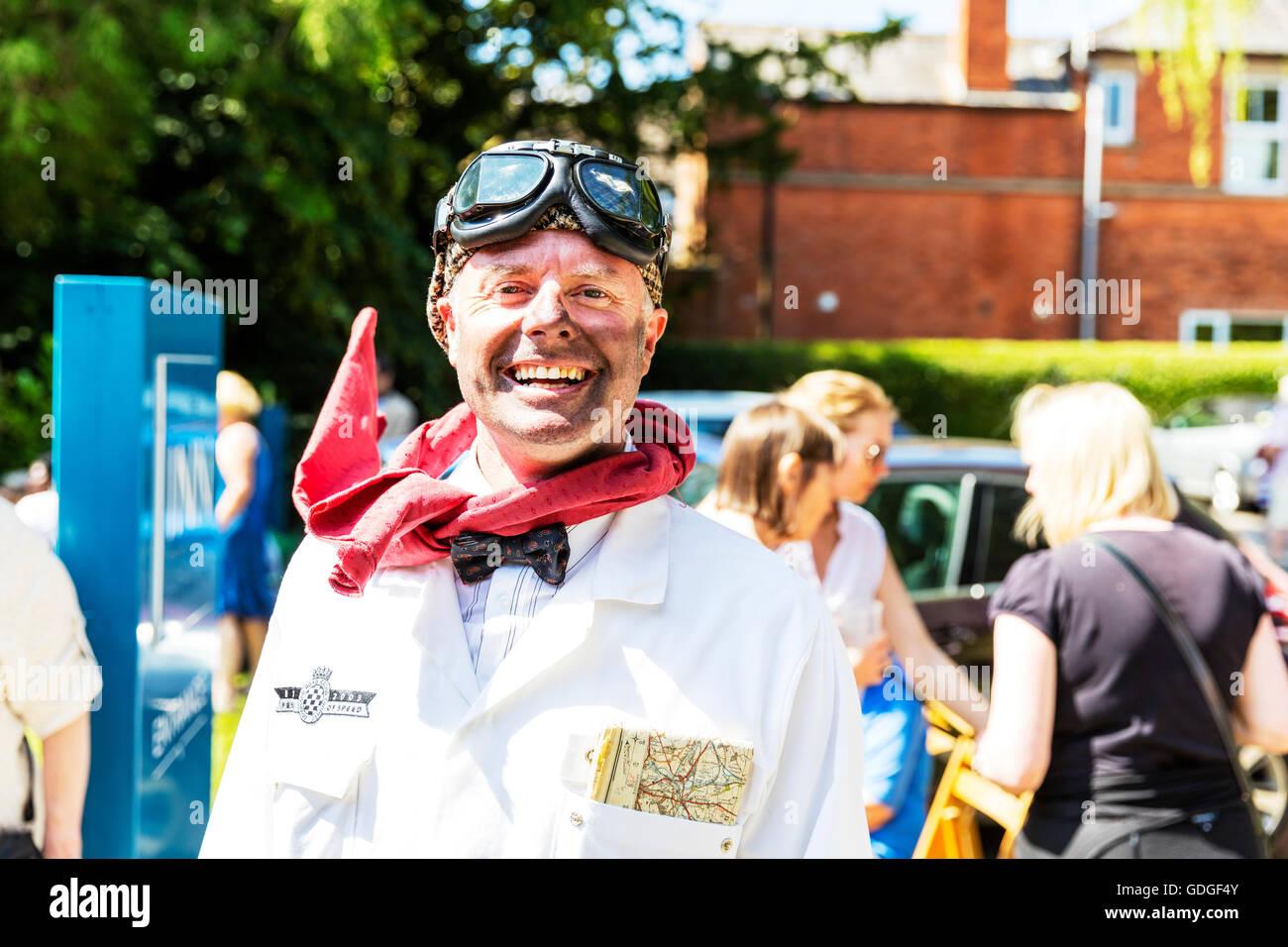 Racer Goodwood Auto Racing Firma Driver Navigator Autokarte und Schutzbrillen dreckiges Gesicht Dreck und Schmutz Stockbild