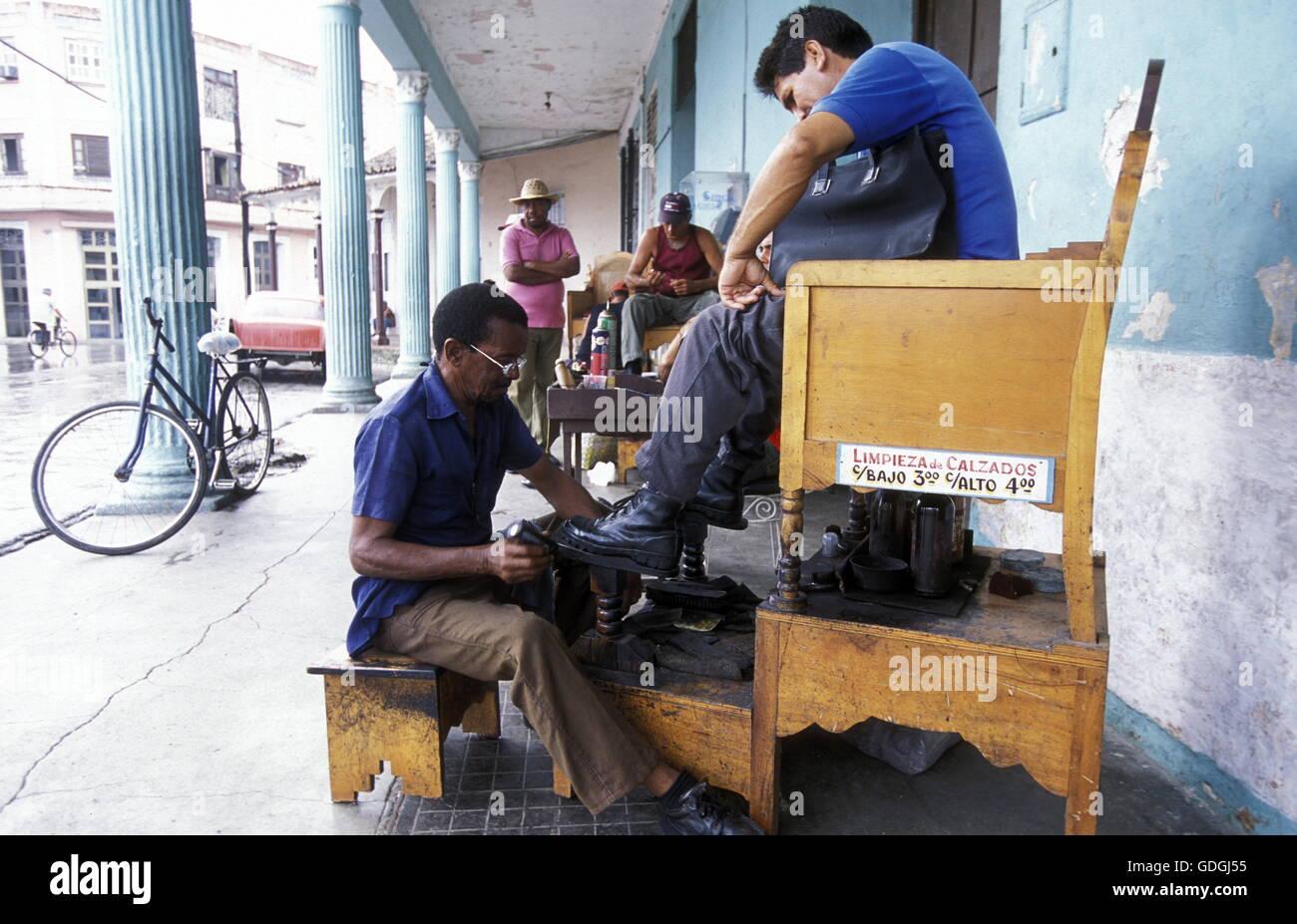 Ein Schuhputzer Im Zentrum der Historischen Altstadt von Sancti Spiritus Auf der Insel Kuba.       (Urs Flueeler) Stockbild