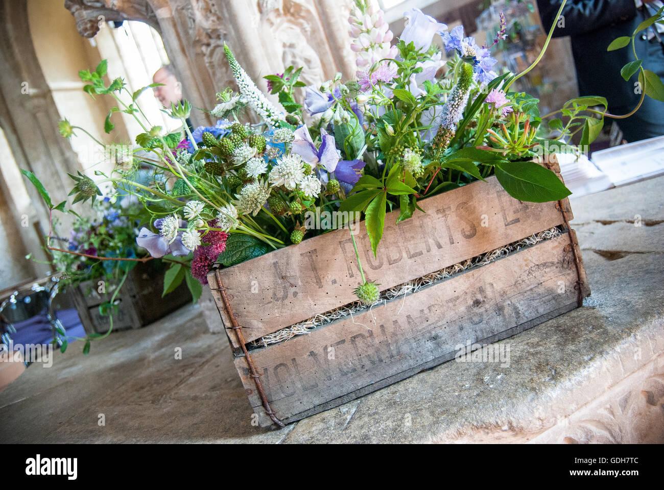 Hochzeitsblumen In Einer Vintage Holzkiste Ruht Auf Einer Kirche