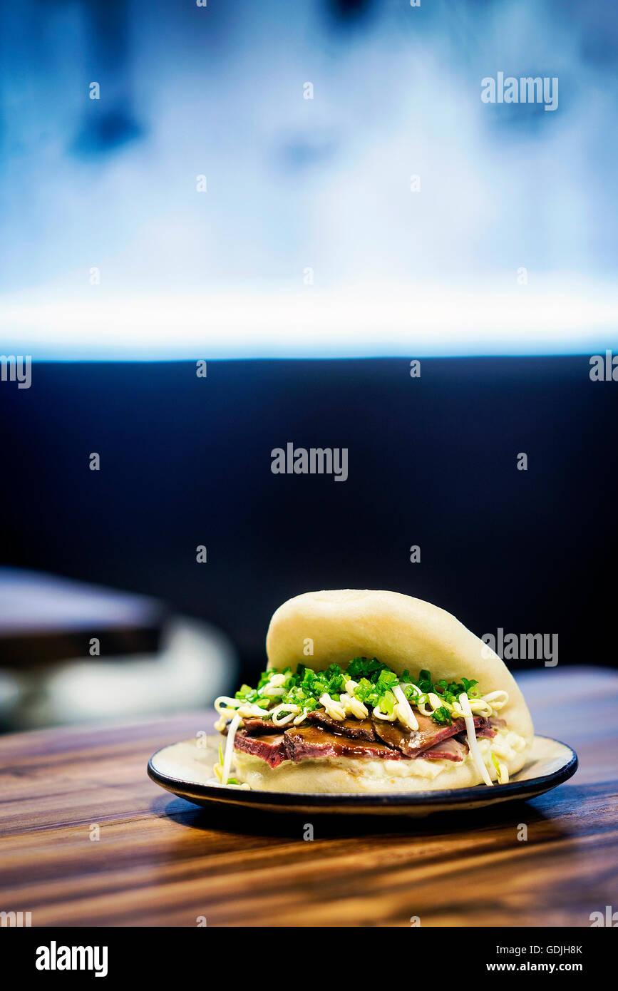 asiatischer Schweinebauch Brötchen Pao traditionelle chinesische Snack Sandwich Essen Stockbild