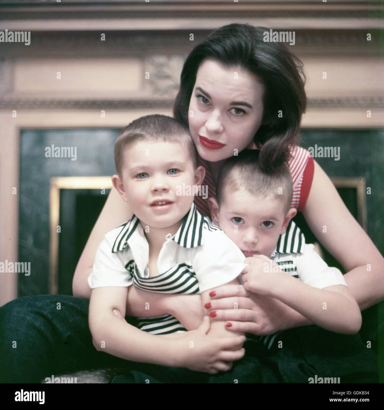 Gloria Vanderbilt, 1955, halten ihre jungen Stanislas und Christopher. Stockbild