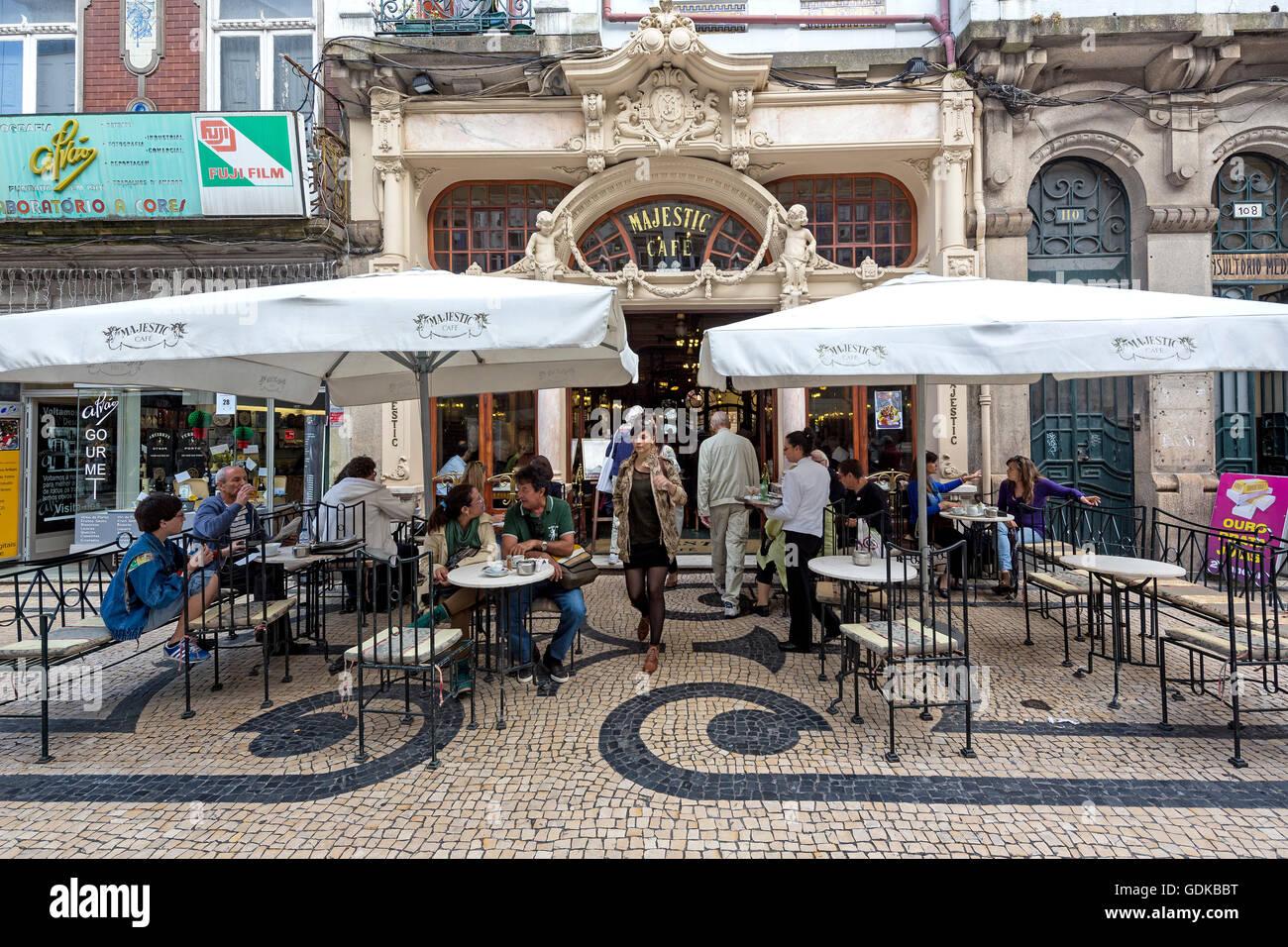 Café Majestic, Jugendstil-Café mit Sonnenschirmen, Taverne, Speiserestaurant, Porto, Bezirk von Porto, Stockbild