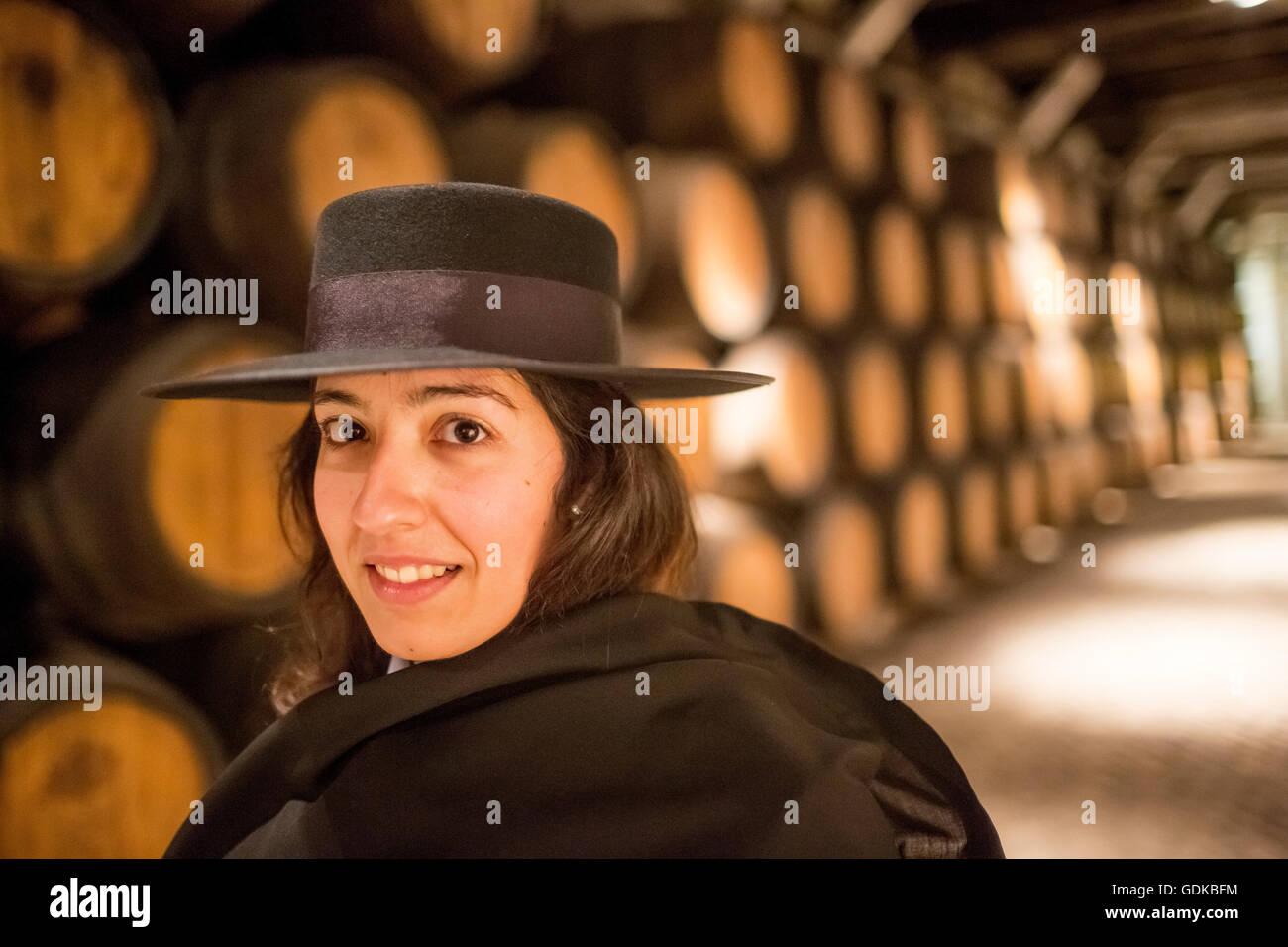 klassische Reiseführer mit Studenten robe Zorro Hut und Cape, Portwein Fässern, Weinkeller der Bodega Stockbild