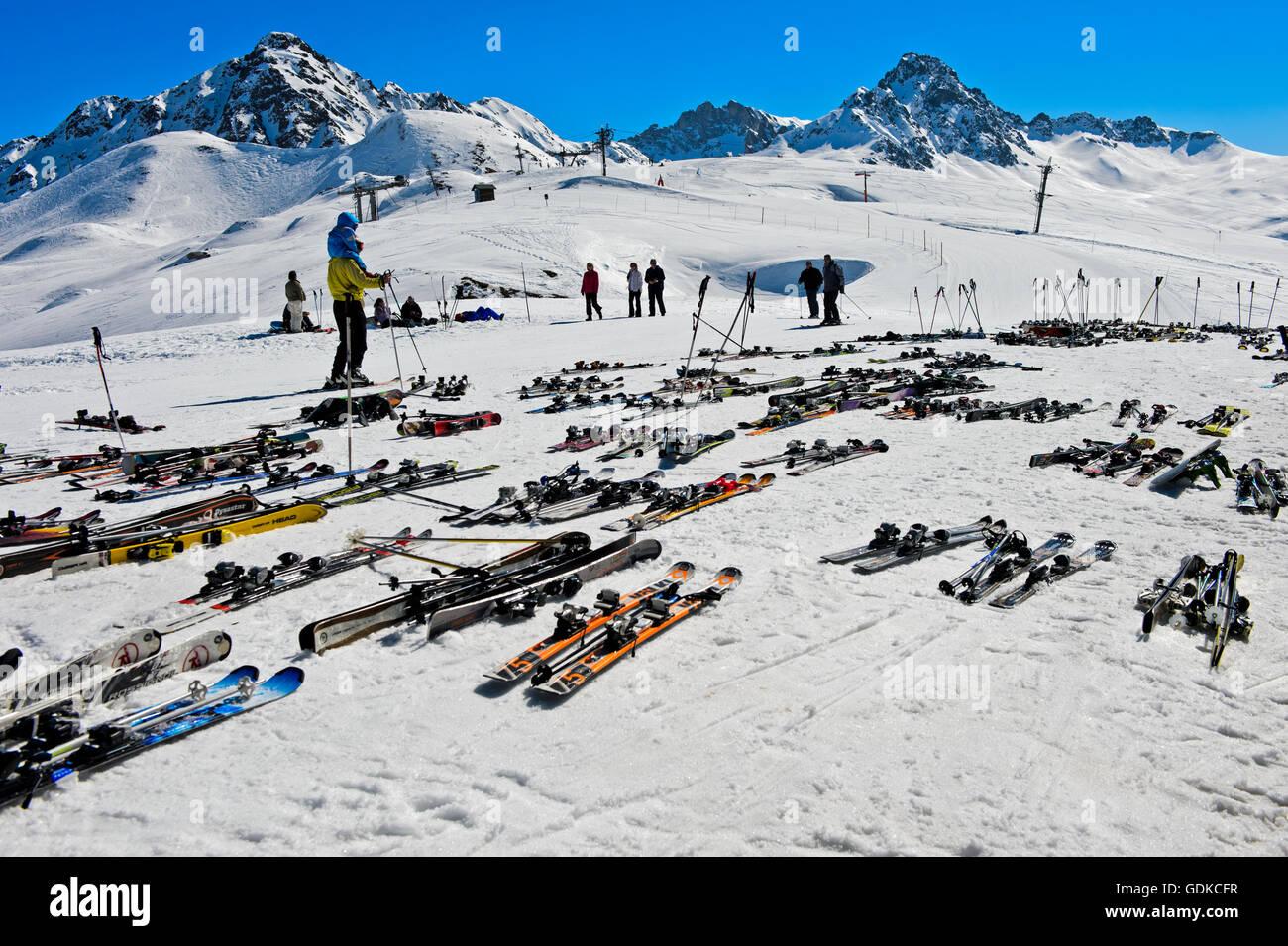 Paar Ski liegen auf Schnee, Col du Joly, Les Contamines-Montjoie Skigebiet, Haute-Savoie, Frankreich Stockbild