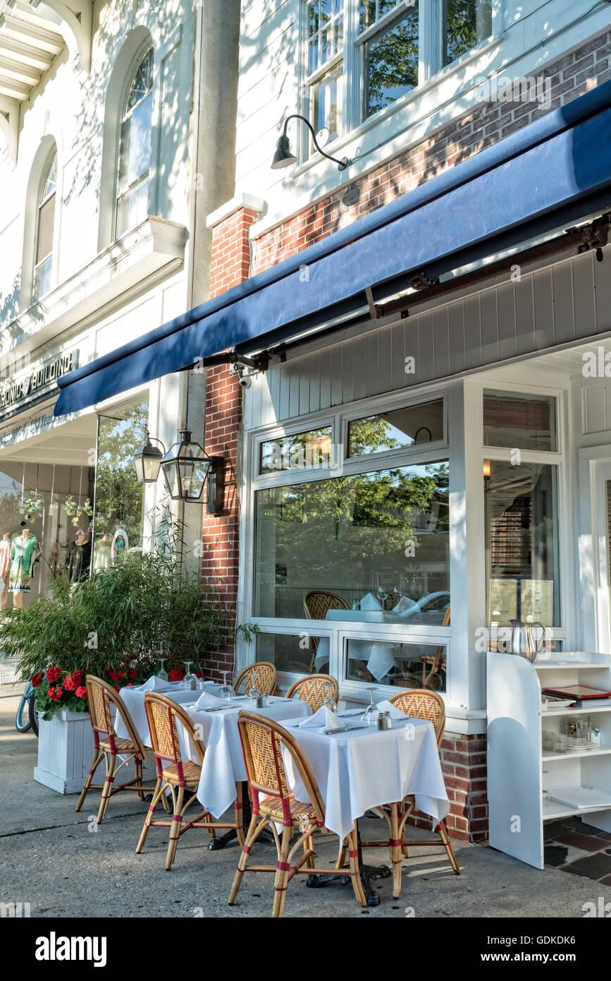 Eingeschränkte Sicht auf ein typisches Outdoor-Cafe-Restaurant in ...