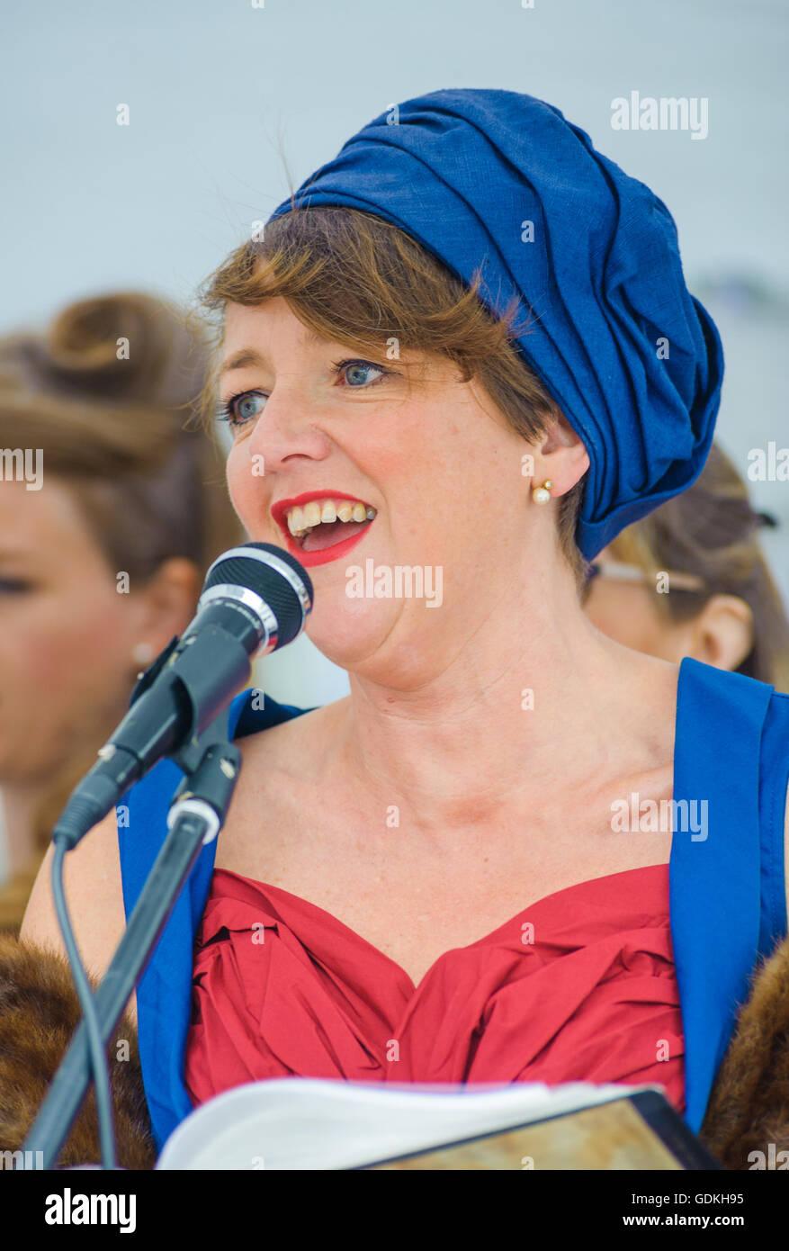 Woodhall Spa 1940er Jahren Festival - Military Wives Chor singen n traditionellen 1940er Jahre outfits Stockbild