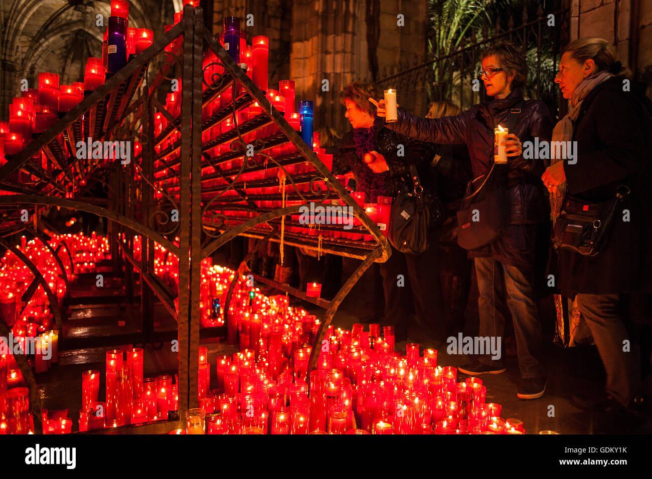 Gotische Kathedrale. beten und brennende Kerzen, bietet im Kreuzgang, Barcelona, Spanien Stockbild