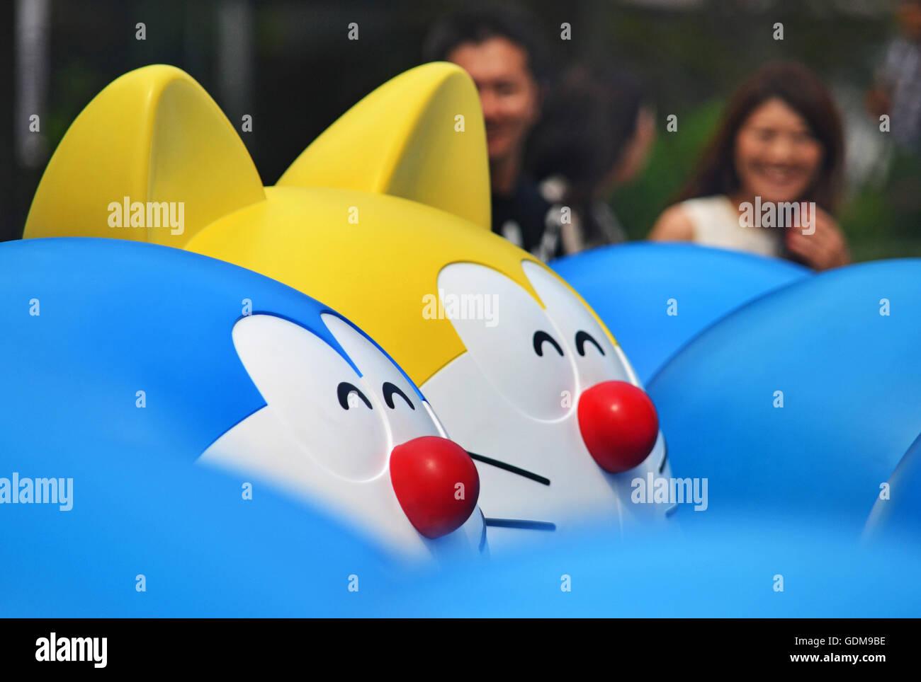 Menschen Vorbei In Der Nahe Von Figuren Anime Manga Charakter Doraemon Angezeigt Auf Tokios Roppongi Hills Shopping Center Tokio 14 Juli 2016