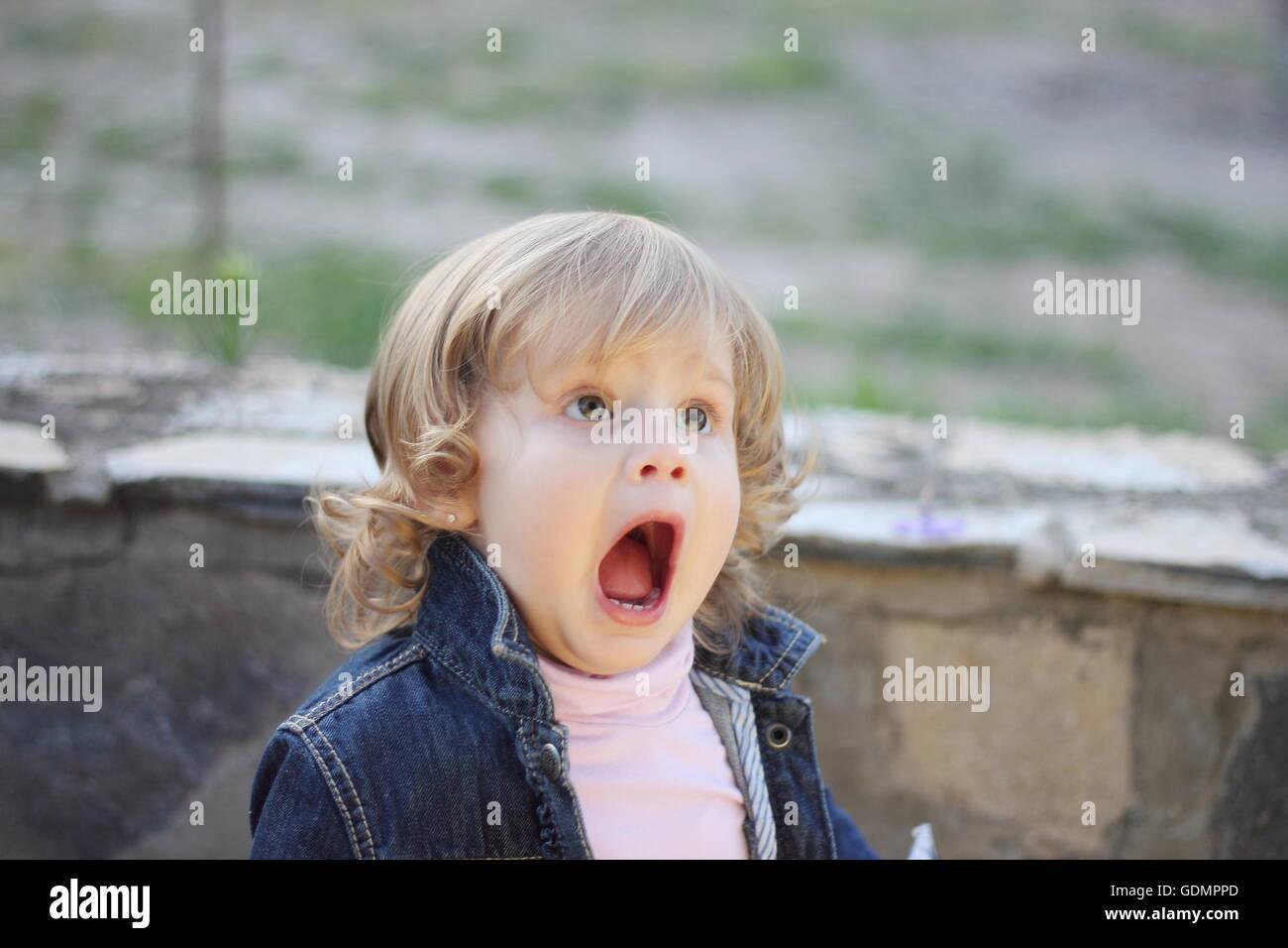 Nett Kleine Jungen Mit Verschlossenem Mund Zeitgenössisch ...