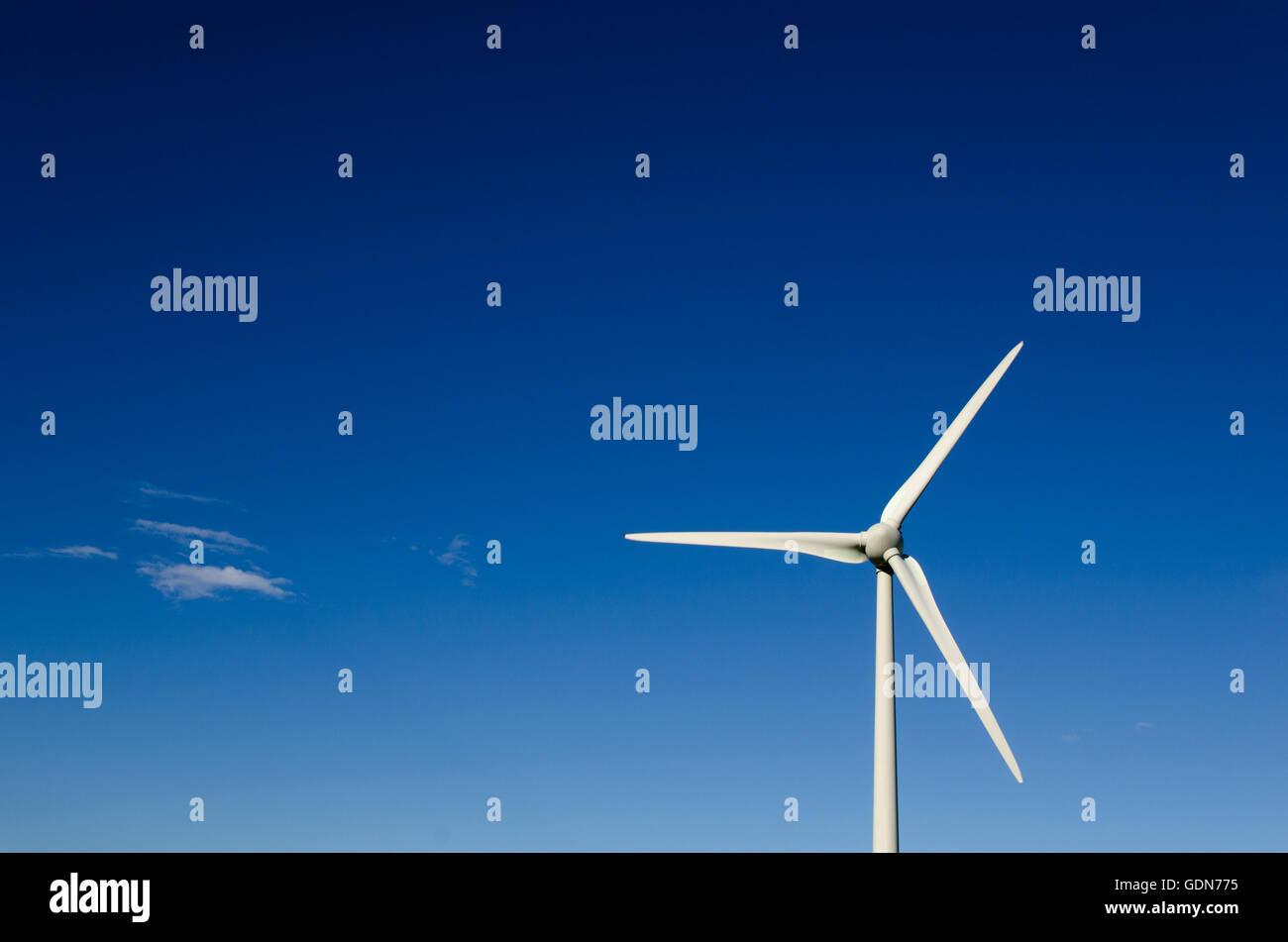 Windrad Propeller bei strahlend blauem Himmel Stockbild