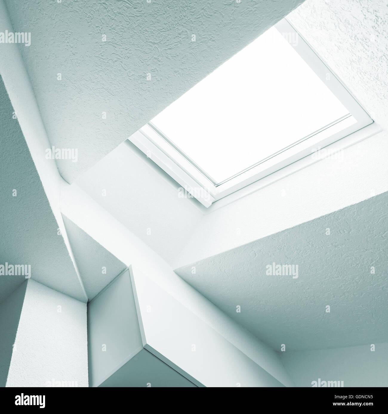 Abstrakte weiße innere Fragment mit Decke, Balken und Fenster. Blau ...