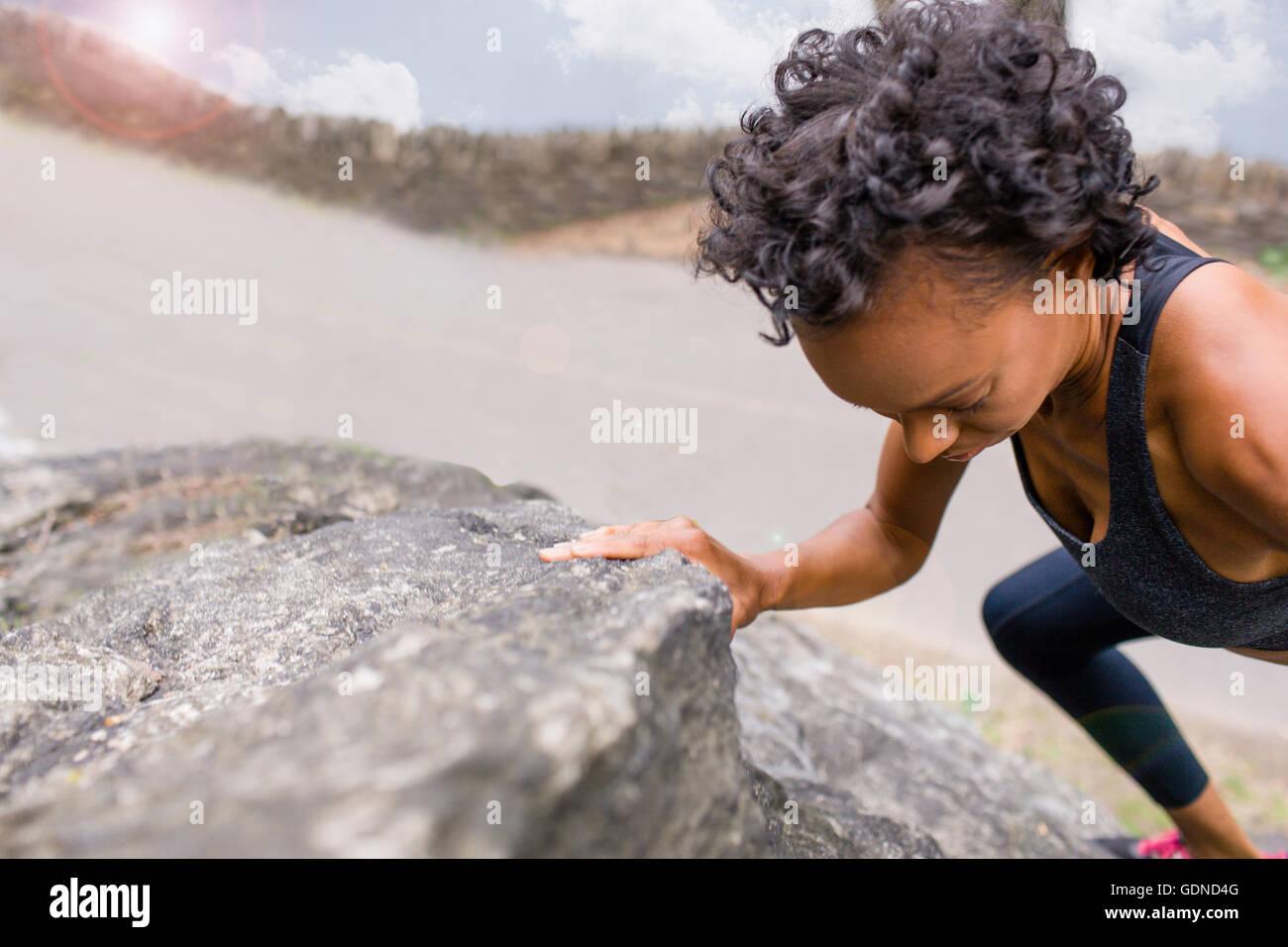 Frau auf Felsen klettern Stockbild