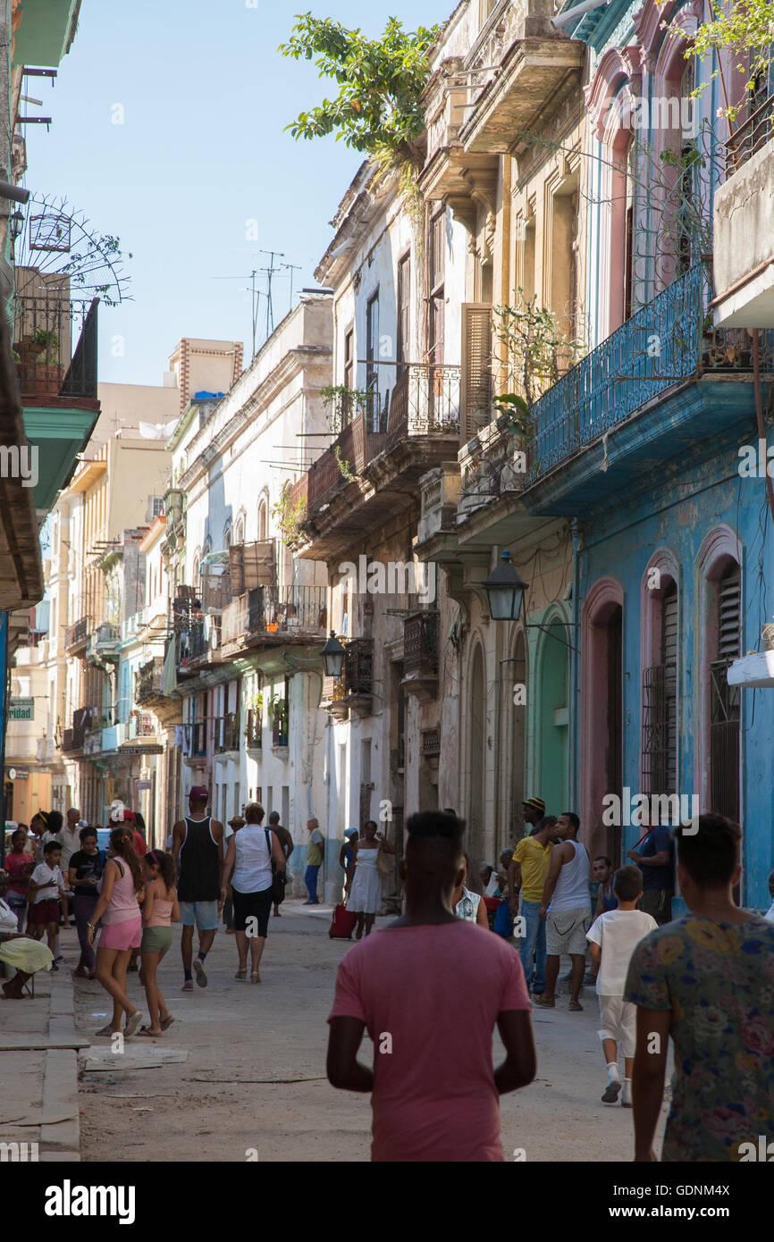 Viel befahrenen Straße Szene in Habana Vieja, Havanna, Kuba Stockbild