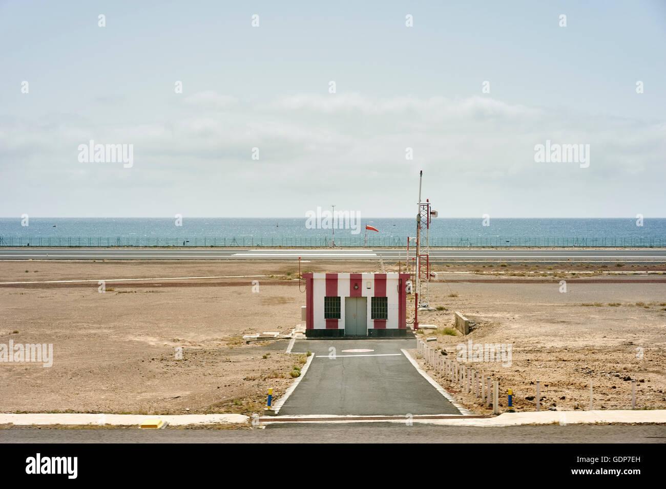 Coastal Flughafen gestreiften Hütte, Lanzarote, Spanien Stockbild